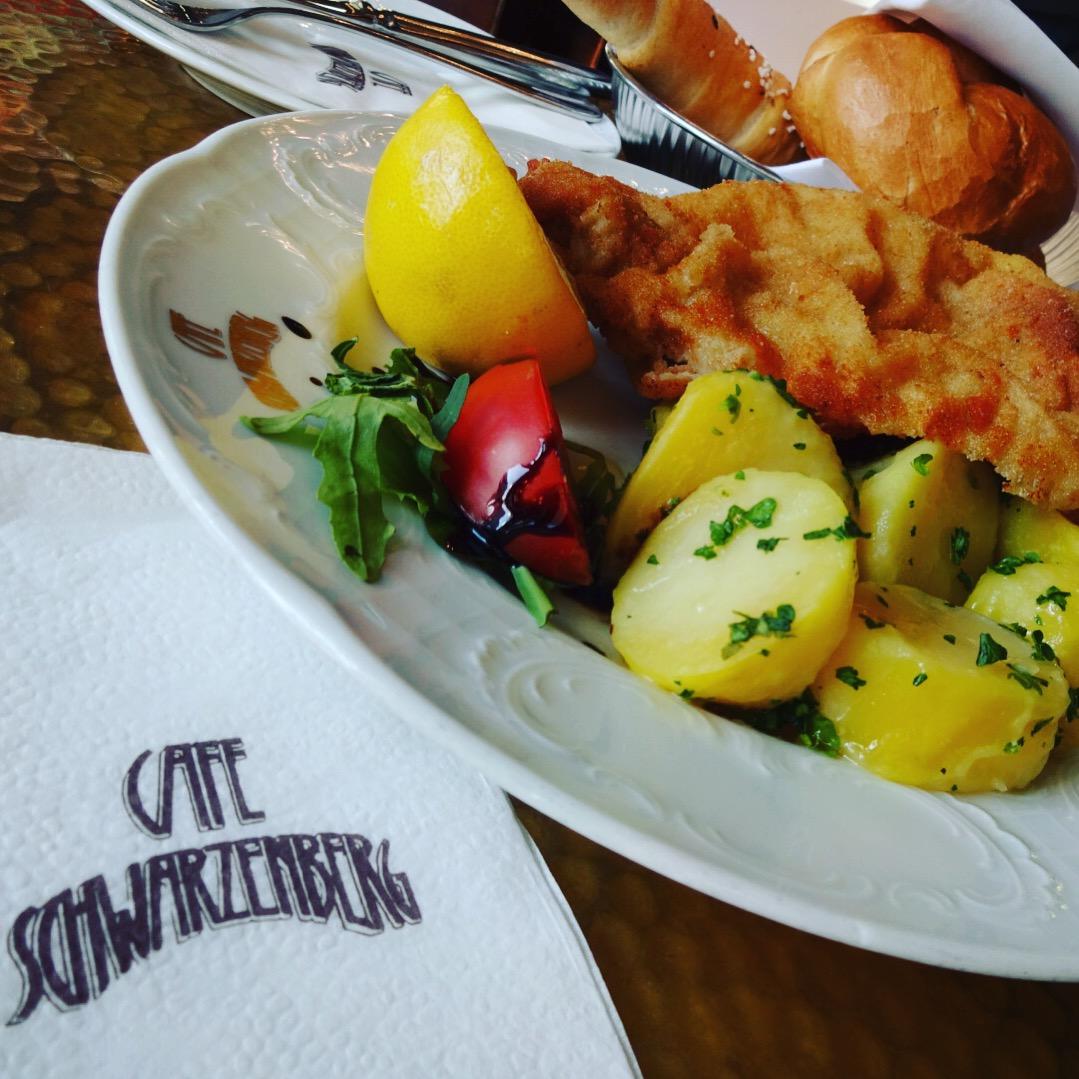 cafe Schwarzenbergにてローカルフードのシュニッツェルをいただく。おいしくはなかった。