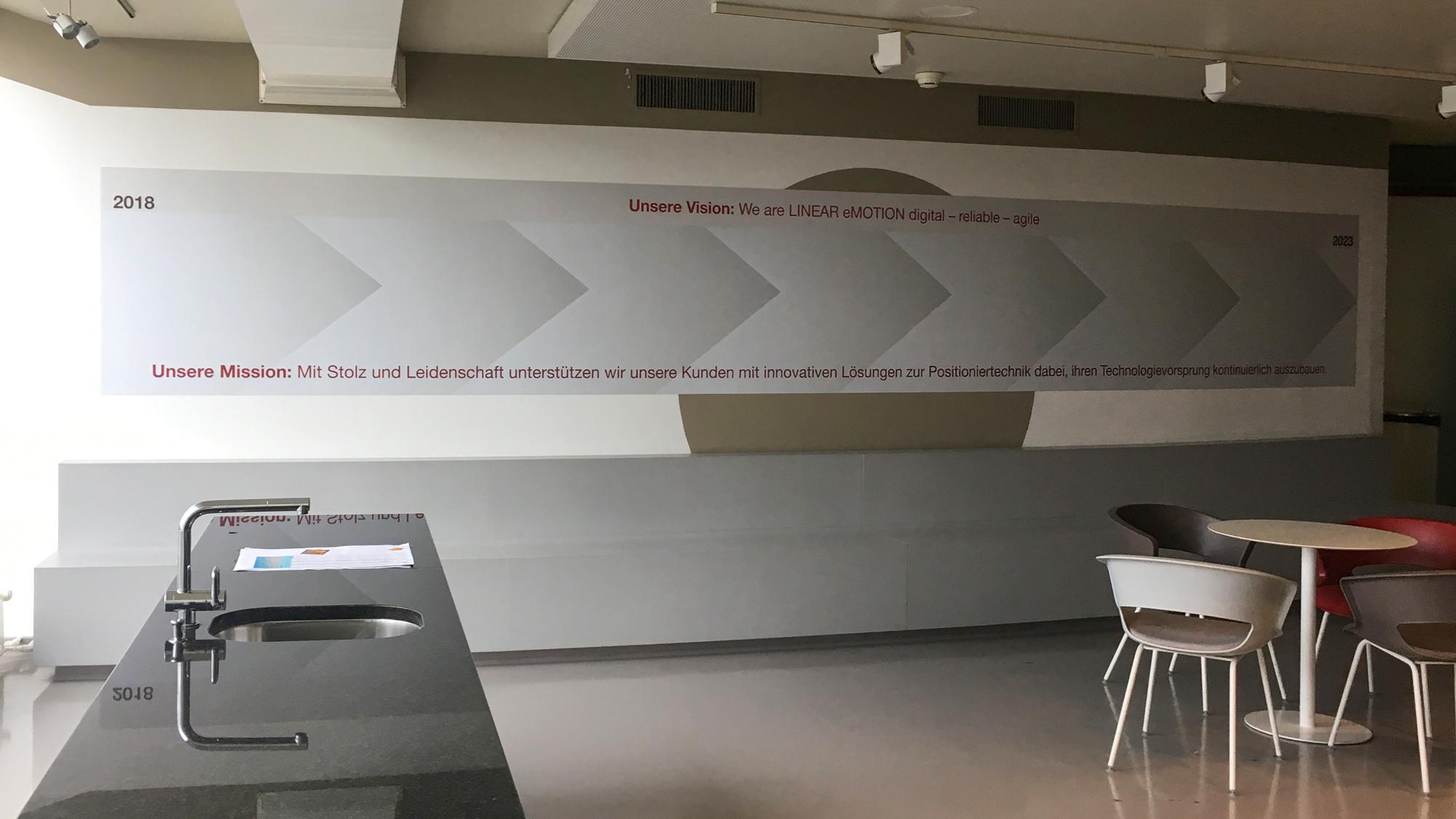 Magentfolie direkt auf die Wand geklebt