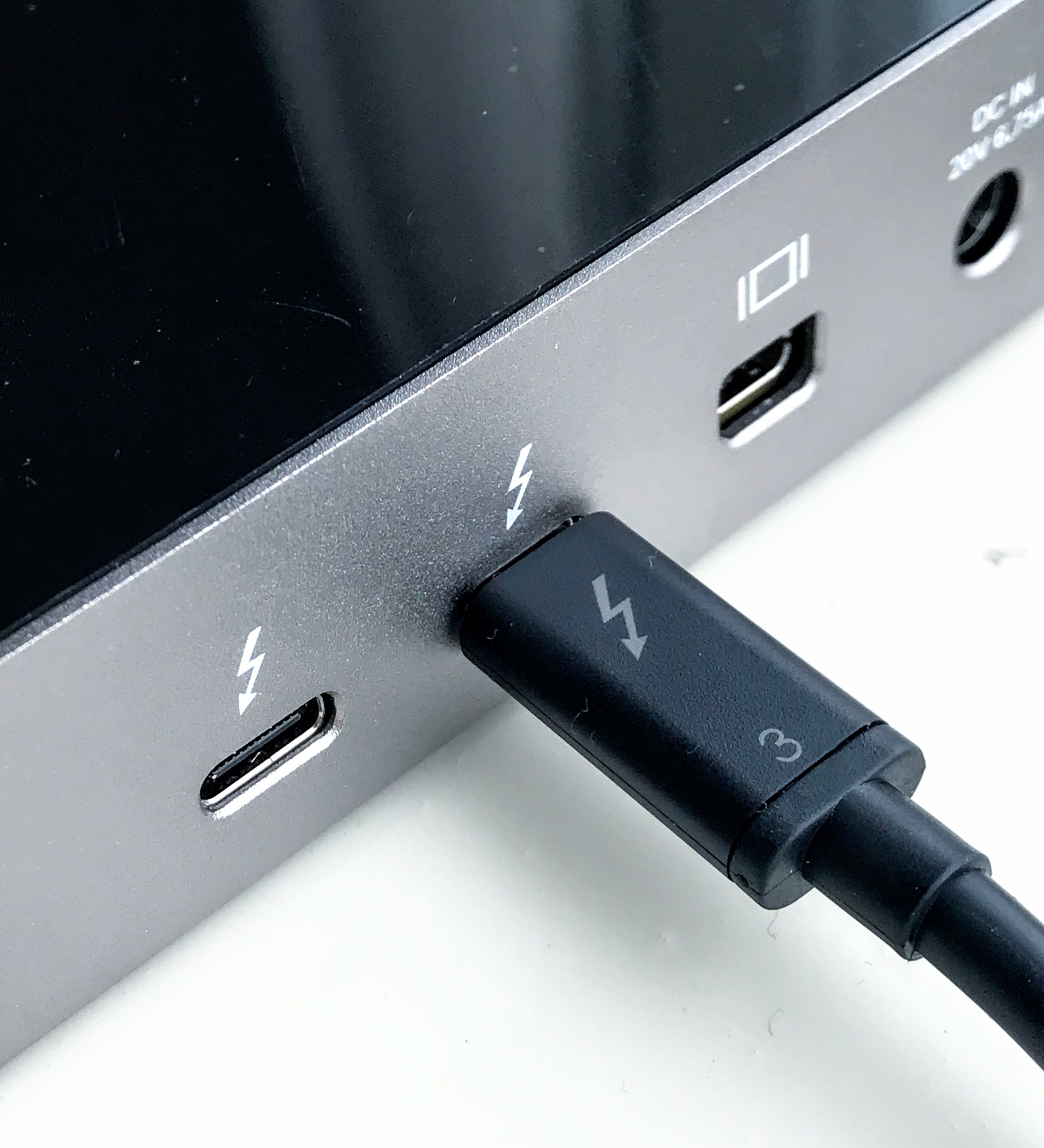 "Thunderbolt 3 ""active"" cable - image attribution:  Amin at English Wikipedia"