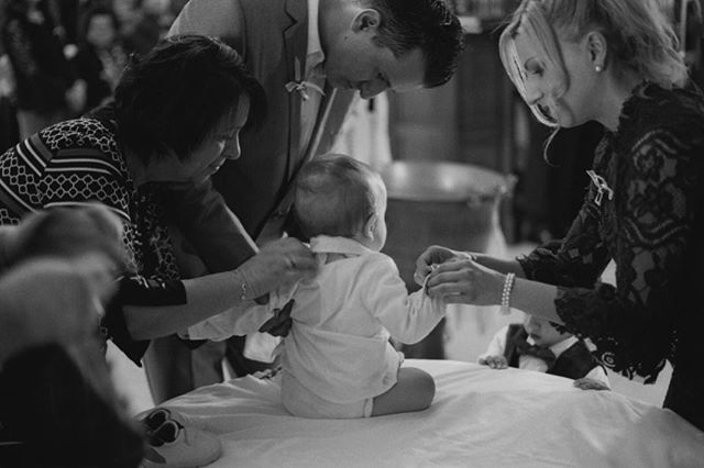 Everyone fussing over the baby⠀ ⠀ #leica #leicacamera #35mm #bnw_life #monochrome #kodak #tmax400 #documentary #photography #film #filmisnotdead #staybrokeshootfilm #silverhalides  #friendsinbnw #bnw_greatshots #bnw #bnw_of_our_world #bnw_society #street_photography #street_photo_club #35mmstreetphotography  #bnw_creatives #capturestreets #life_is_street  #lensculture #filmphotomag #bcncollective #uncertainmag #filmphotomag #filmphotographic