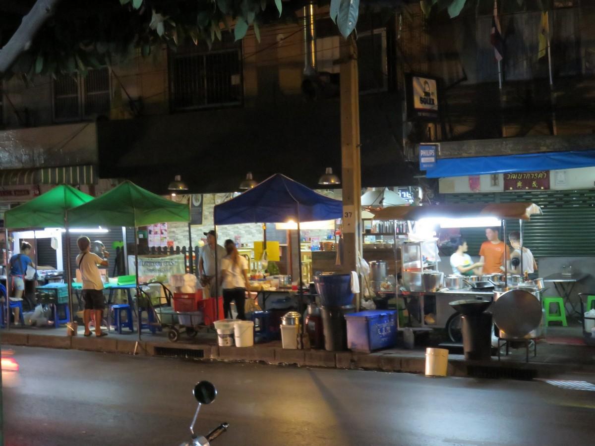 Bangkok food stalls come alive at night...