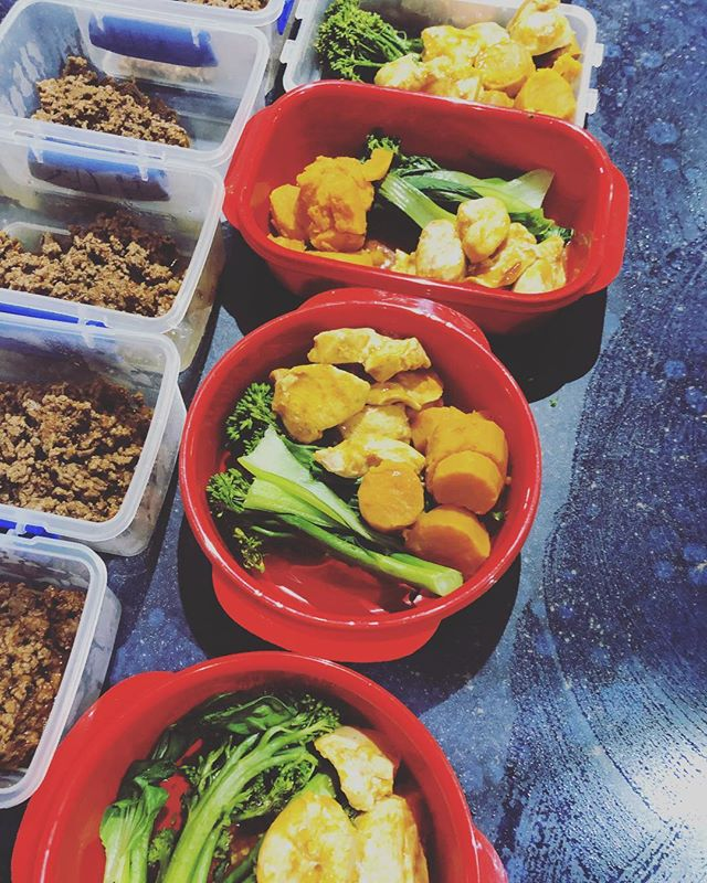 Back on the prep train! 🚂 Butter chicken with sweet potato & greens for lunches & Tuscan mince with salad for dinner! Quick & easy meals tailored to my goals for 2019!💪🏼 www.riseandgrindfitness.com.au