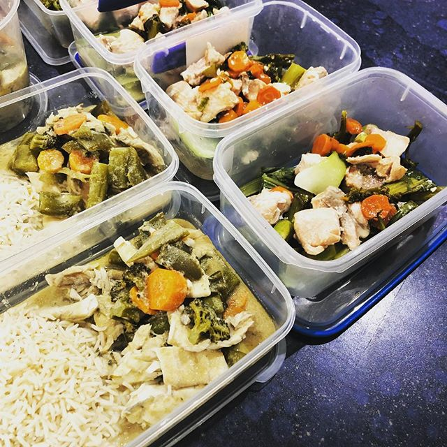 Preparation is 🔑 Green fish curry & basmati rice for lunches & salmon stir fry for dinner🐟😋 All weighed out to fit my daily macros💪🏼