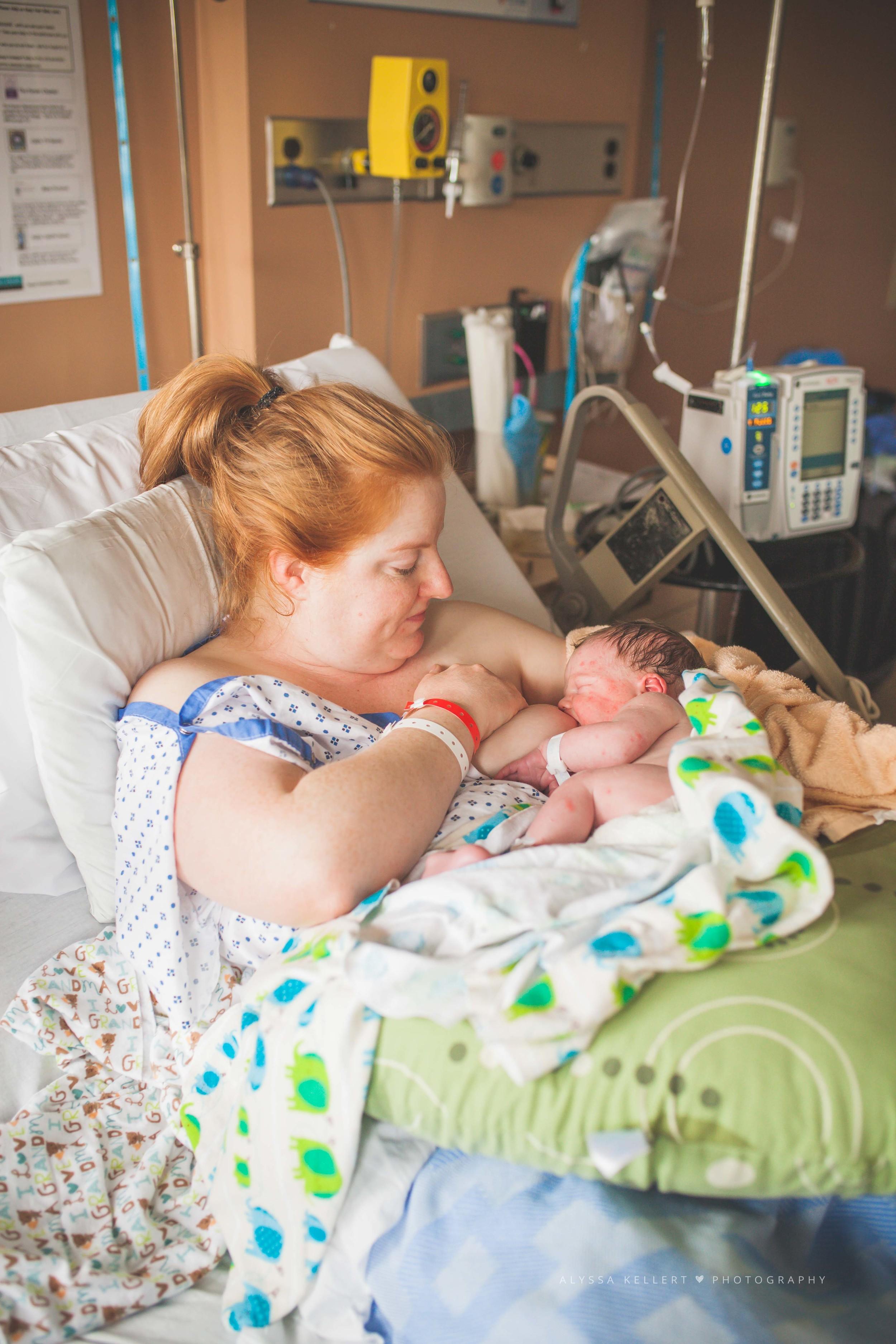newborn-fresh-48-royal-columbian-hospital-baby-sister-meet-newborn-photography-photographer-newwest-coquitlam-vancouver-nursing-breastfeeding