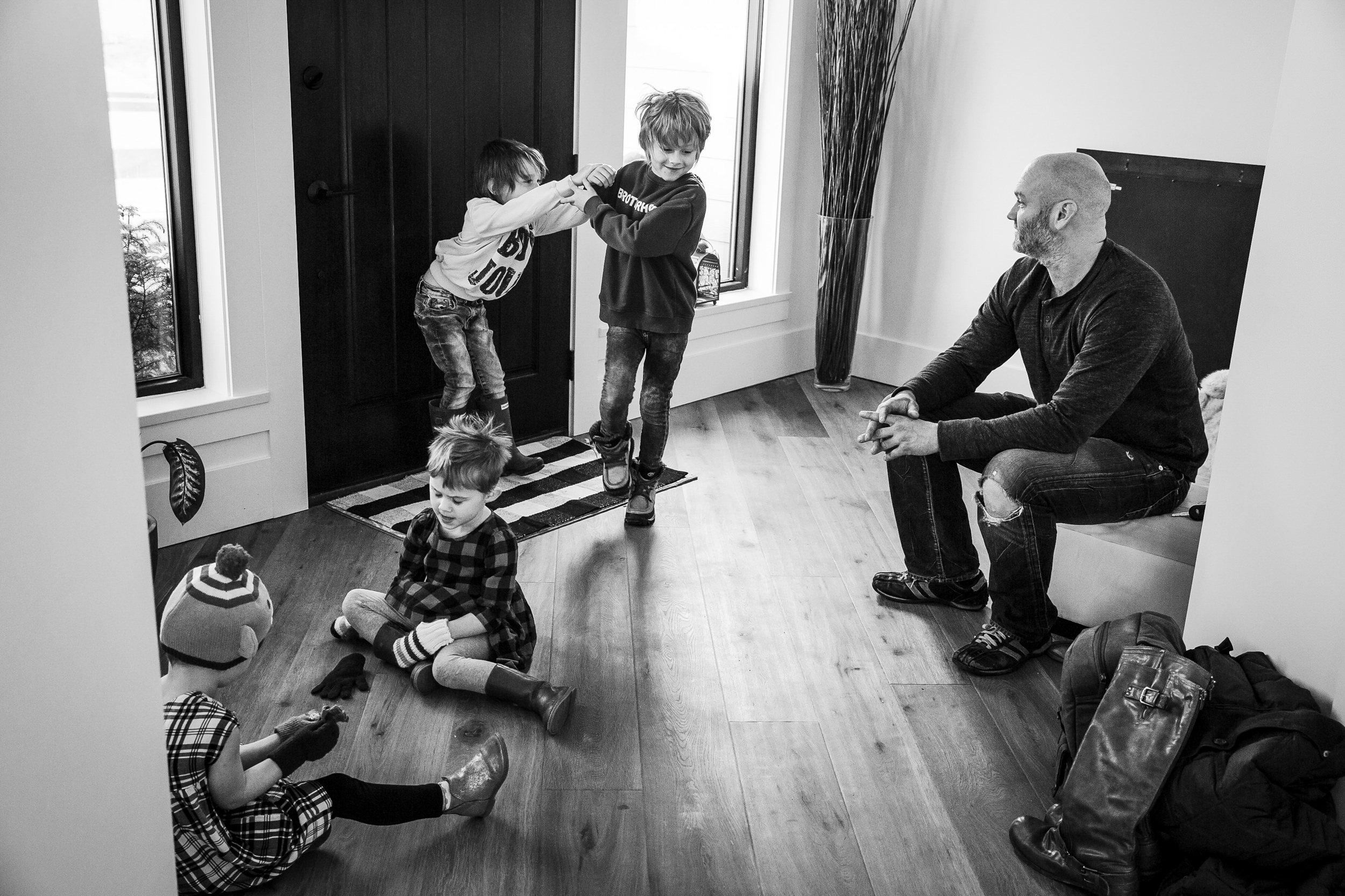 kids-getting-ready-to-go-outside-vancouver-photogarpher