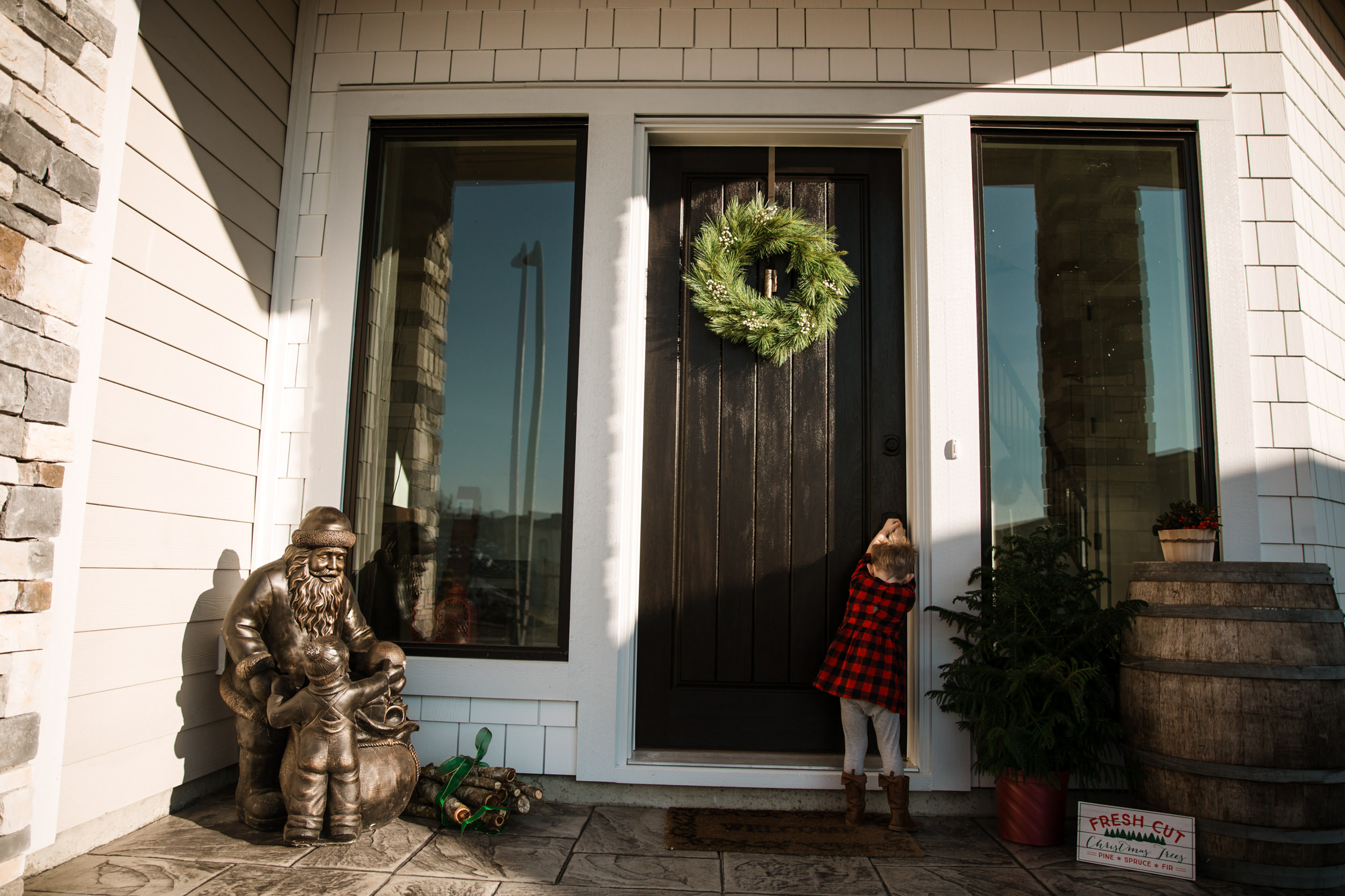 kid-front-door-christmas-family-photography