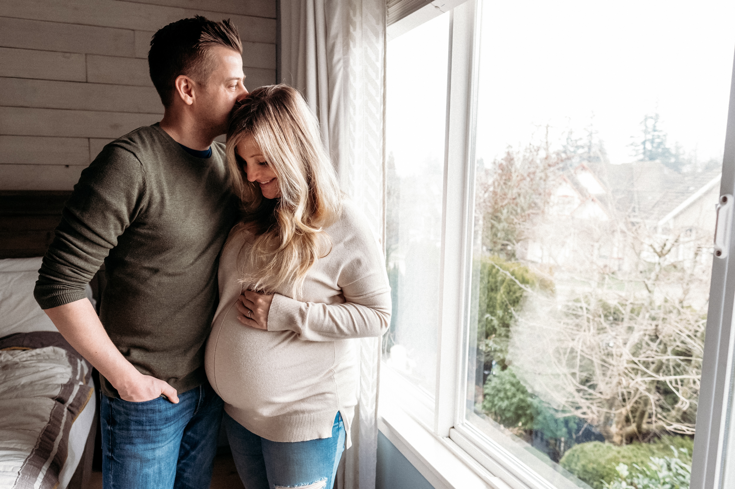 maternity-photographer-couple-window-kiss.jpg