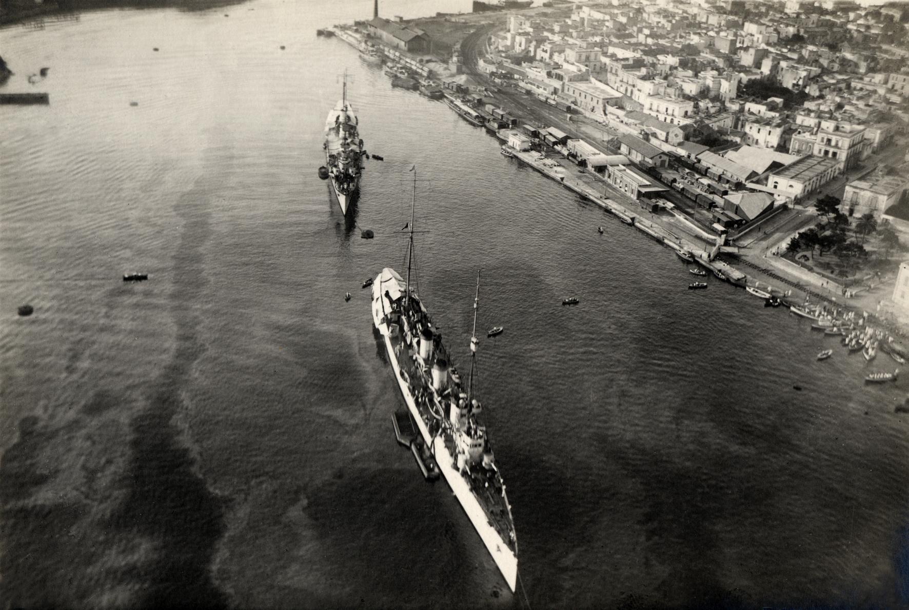 23 - Il Quarto ed il Bixio ripresi a Brindisi da un idrovolante in volo.JPG