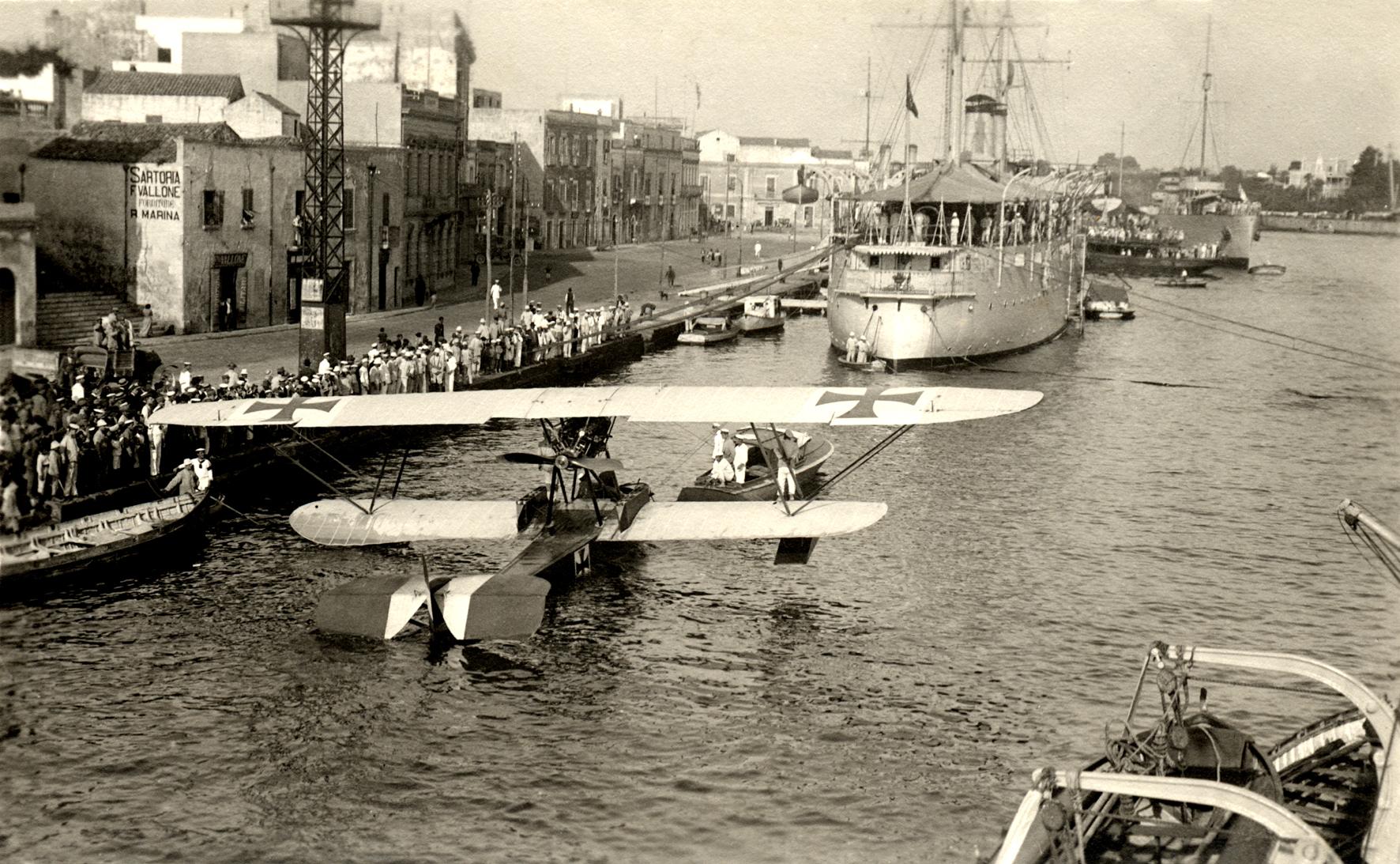 24 - Idrovolante austriaco catturato alla banchina di Brindisi.JPG