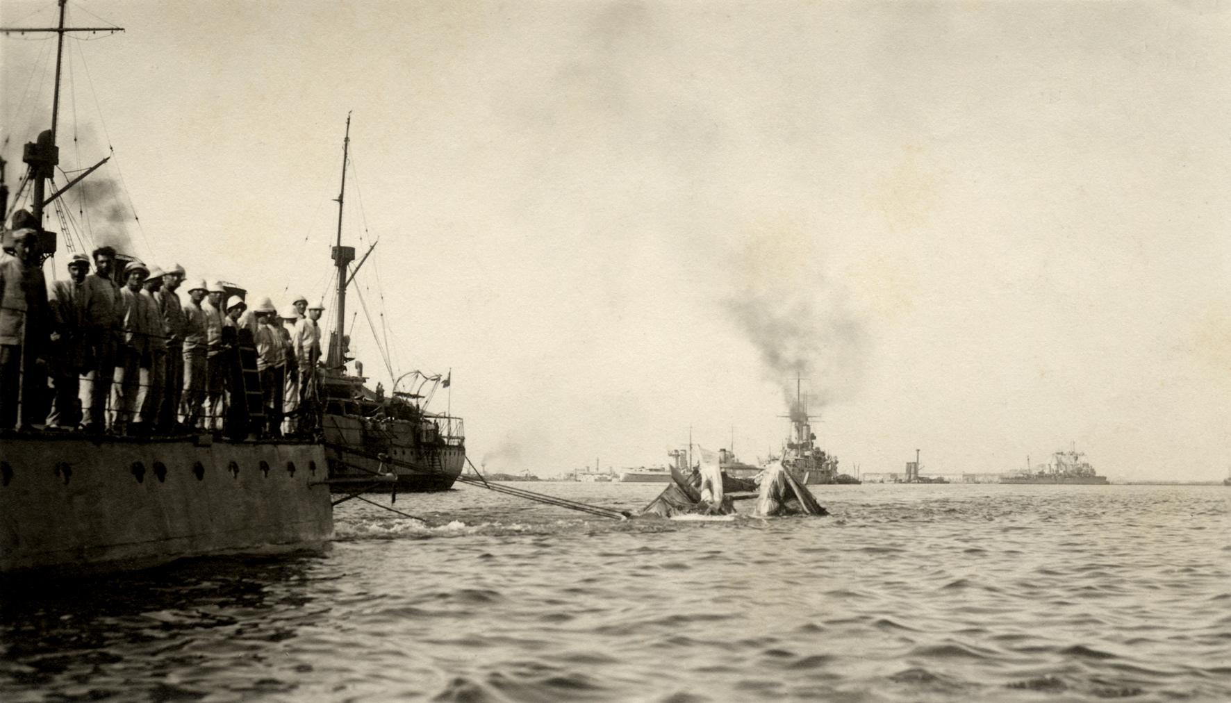 26 - Torpediniera rimorchia un idrovolante austriaco abbattuto.JPG