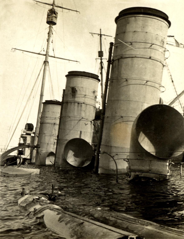 27 - L'incrociatore austriaco Novara affondato nel porto di Brindisi.JPG