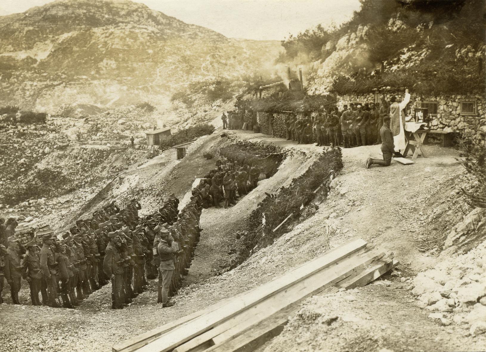 I soldati di tutti gli eserciti cercano rifugio nei conforti religiosi, dispensati durante le messe al campo   LA FEDE