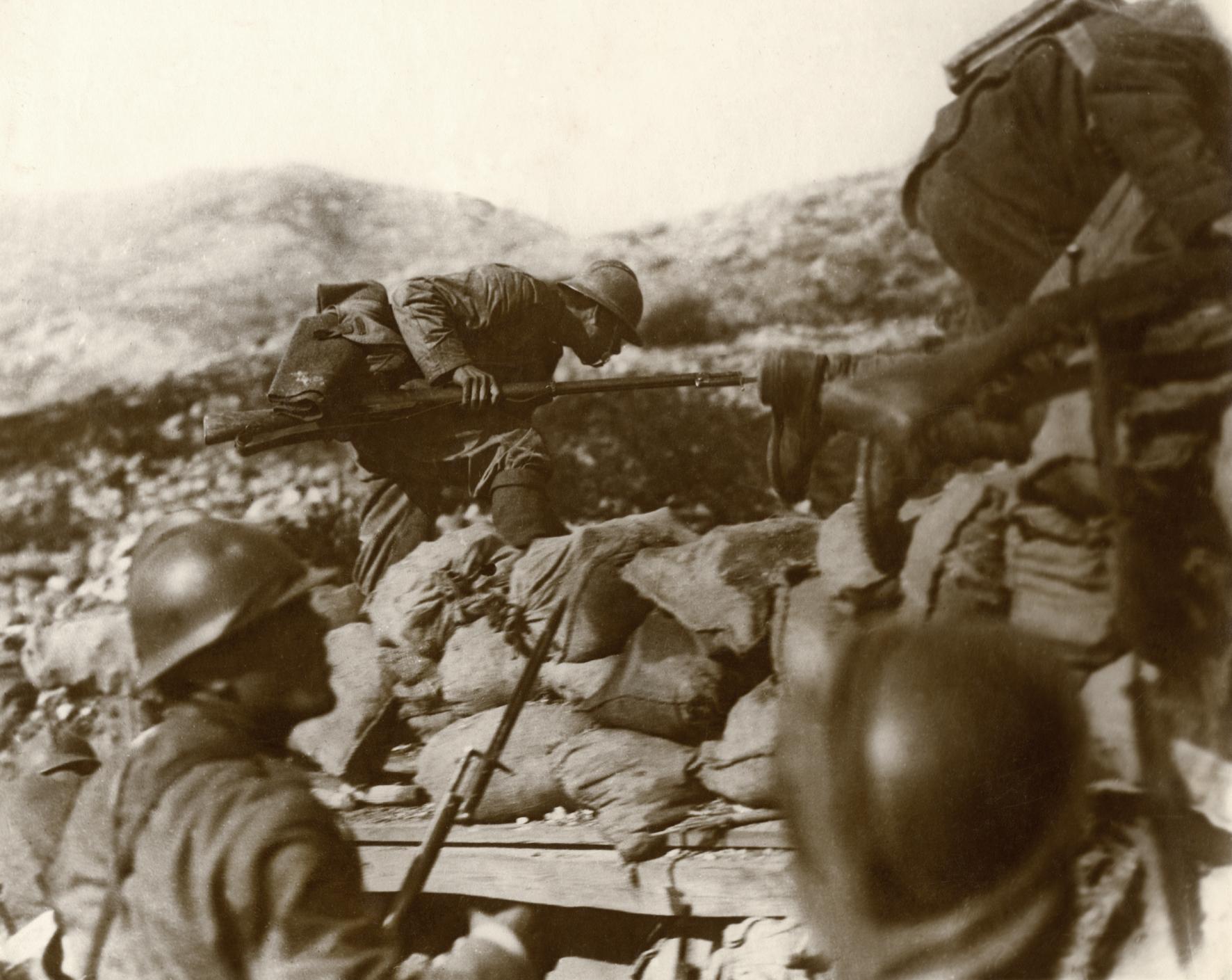 Il momento supremo in cui ogni soldato guarda in faccia la morte   L'ASSALTO