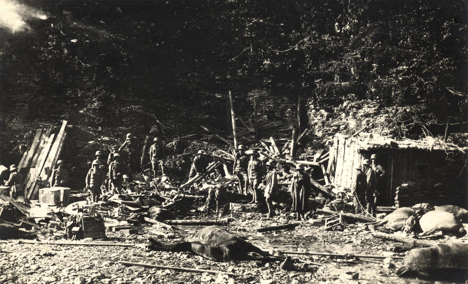 27 - Baracca del reparto centrata in pieno dall'artiglieria italiana.JPG