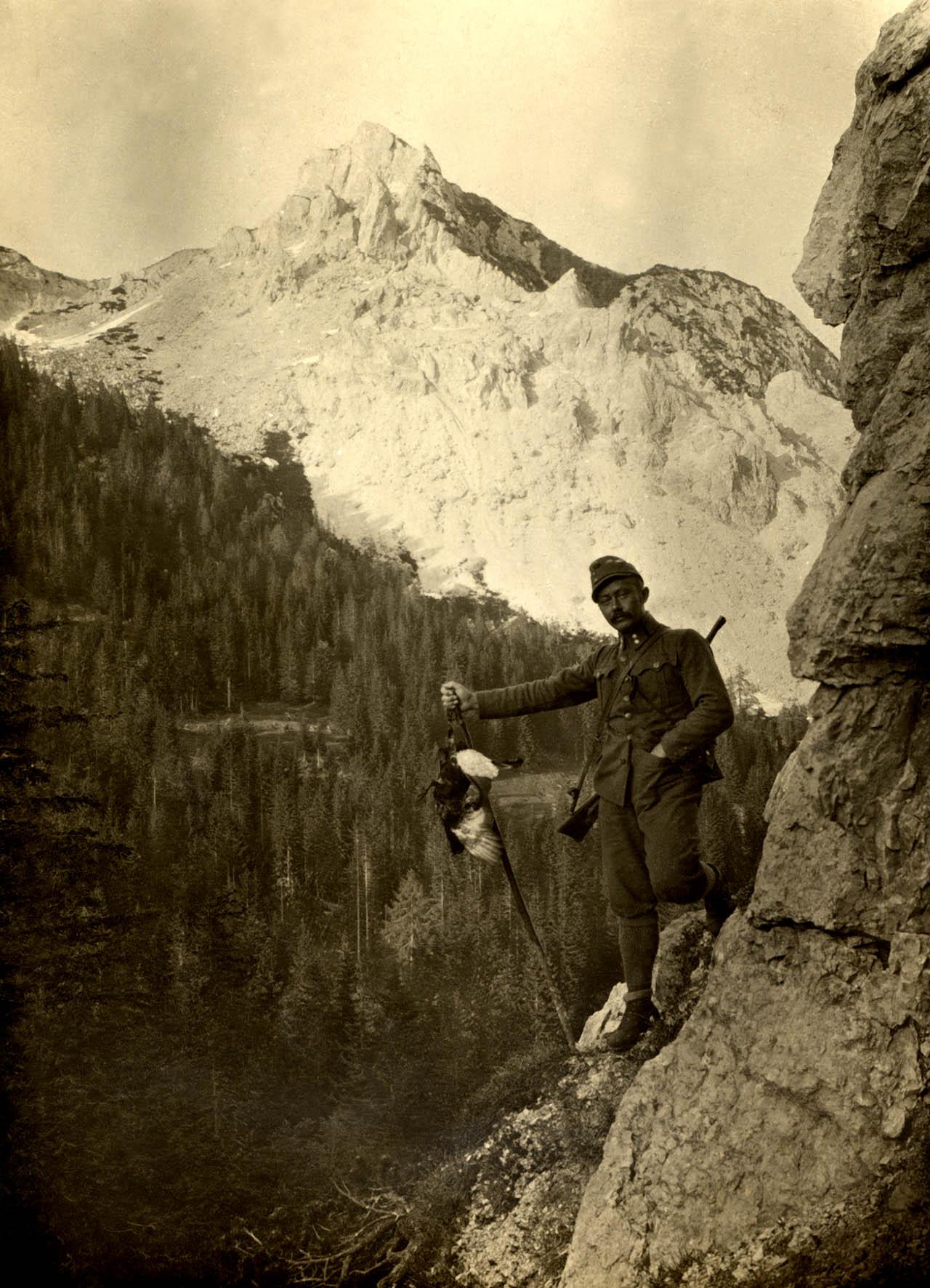 42 - Austriaco in una foto ricordo con gallo forcello.JPG