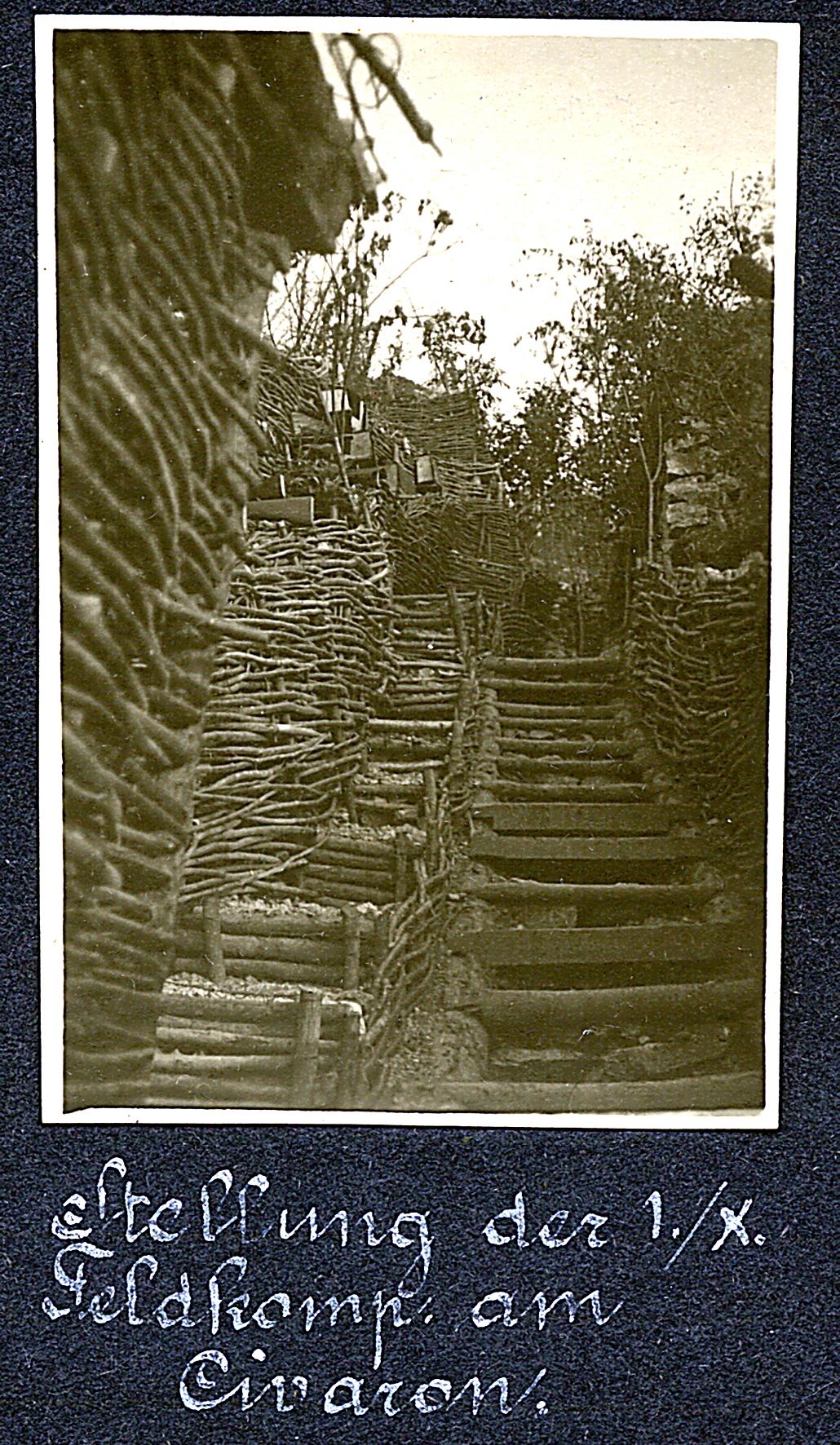 35 -Tratto di linea tenuta dal 59° Rainer sul M. Civaron alle falde dell'Ortigara. Si  notino i fucili infilati nelle feritoie.JPG