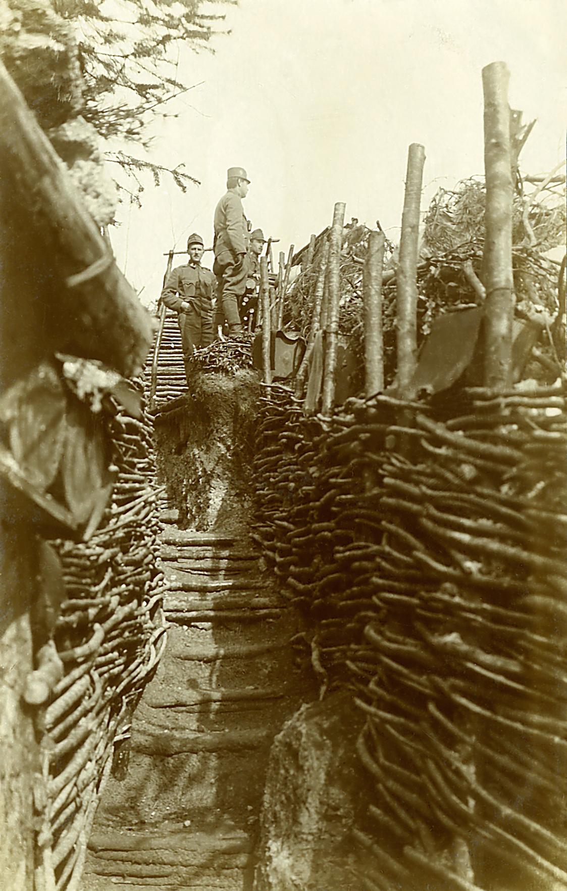 37 - Reparto del 59° Rainer in linea sul M. Civaron alle falde dell'Ortigara. Si notino le pareti rivestite di graticci.JPG