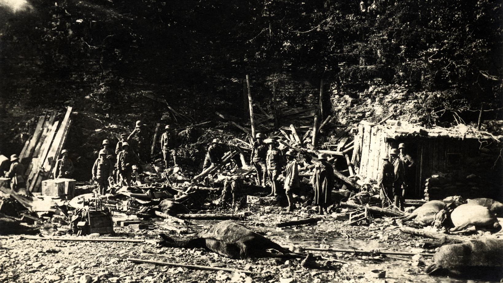 11 - Battaglia del Solstizio - Baracca austriaca in Val Frenzela centrata dall'artiglieria italiana.jpg