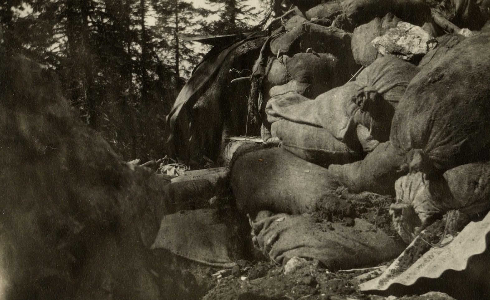 66 - Le linee della Sassari sconvolte dall'artiglieria italiana il 10 giugno 1917 - Copia.JPG