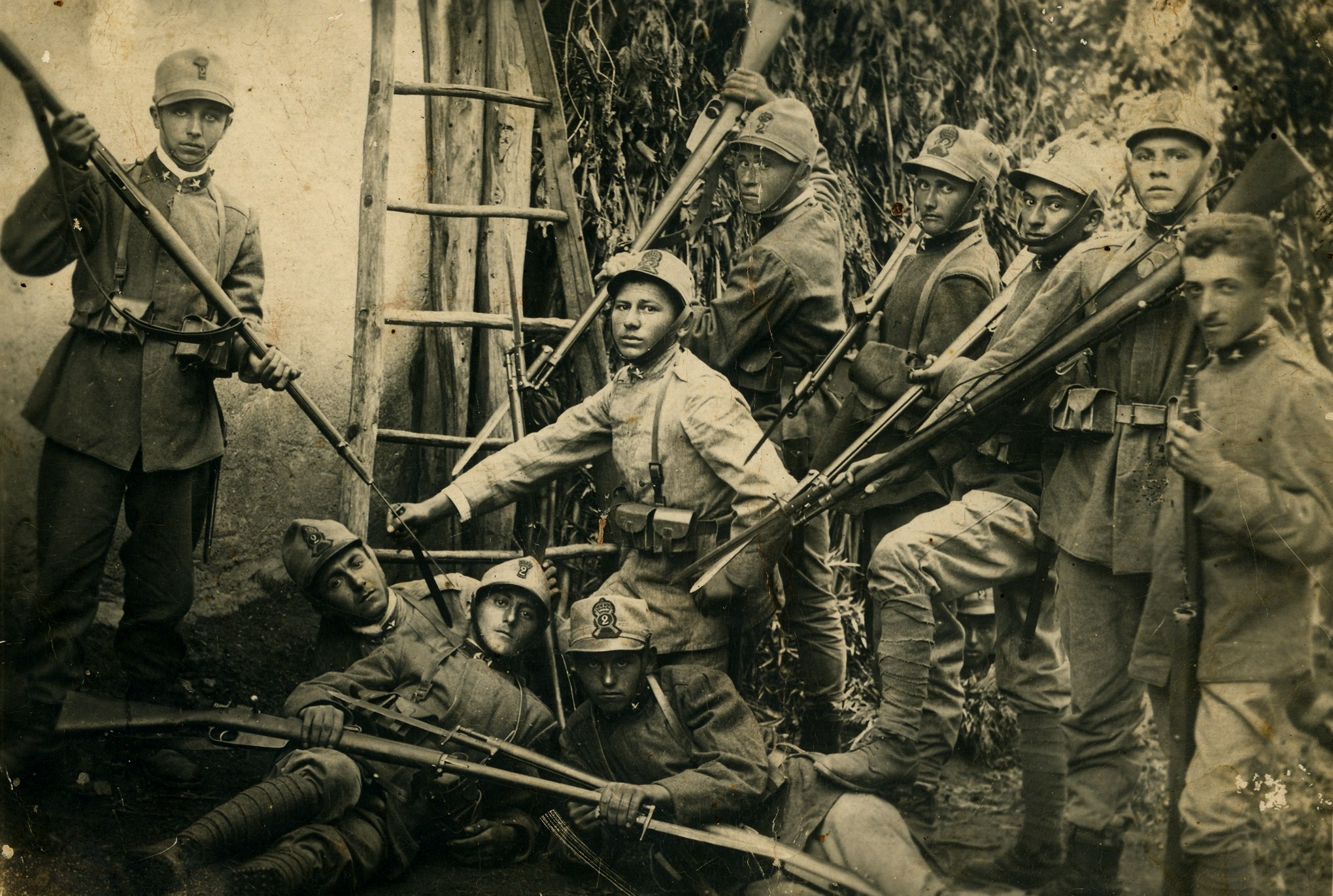 174 - giovanio reclute della Brigata savoia in posa per una foto ricordo - Copia.JPG