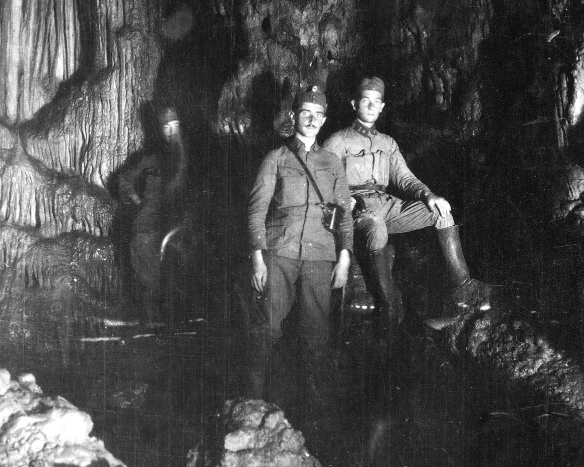 101 - soldati ungheresi in una grotta naturale.JPG