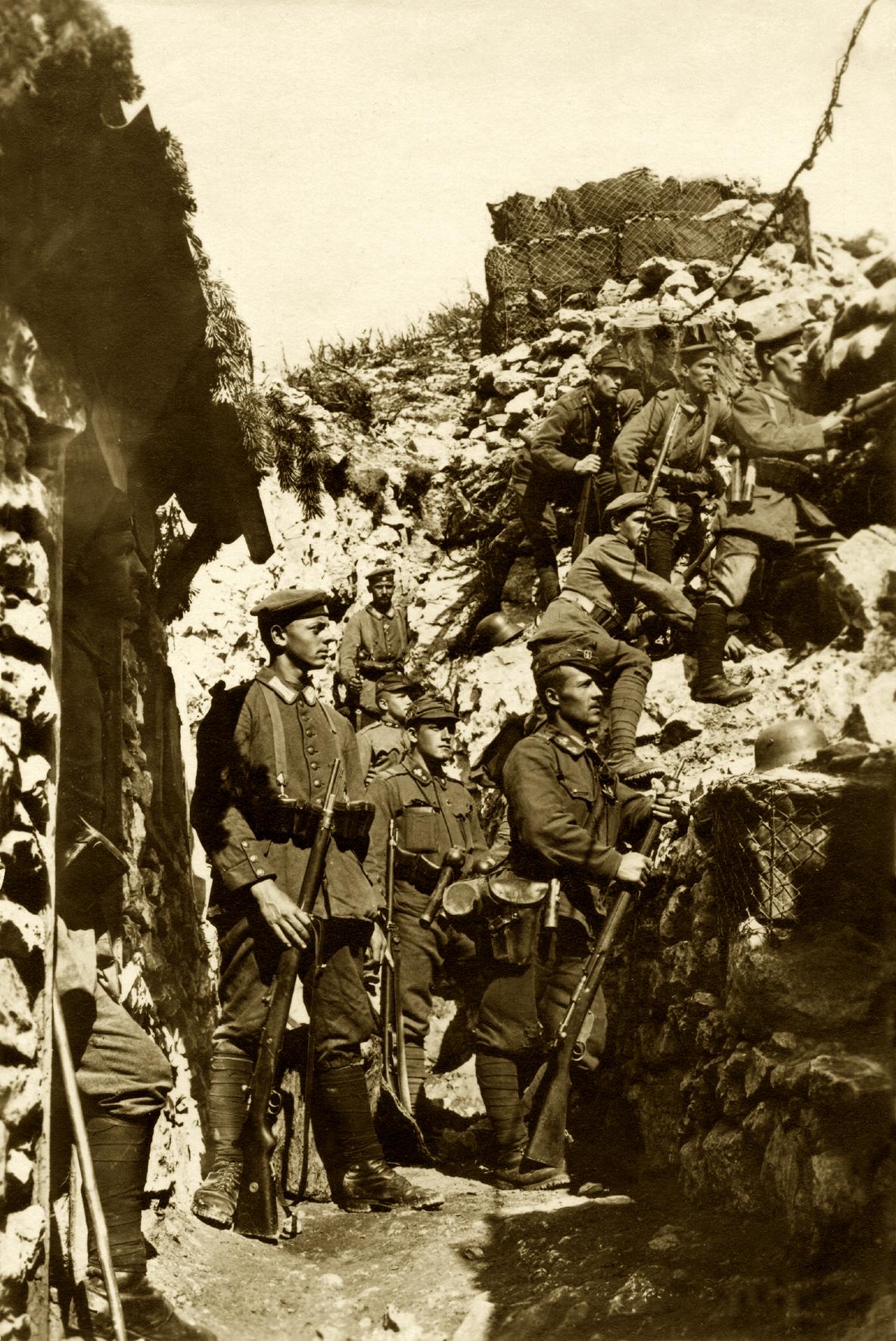 91 - Foto di propaganda di truppe tedesche in linea sul Forno.JPG