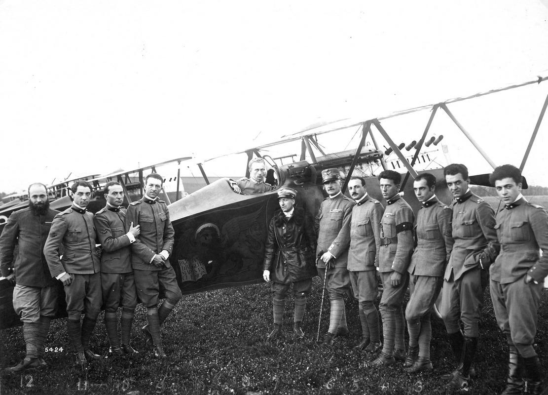S. Pelagio, 9-8-18: gli equipaggi rientrano dopo ilvolo su Vienna. Da sinistra Allegri, Ferrarin, Massoni, Finzi e Palli seduto nello S.V.A