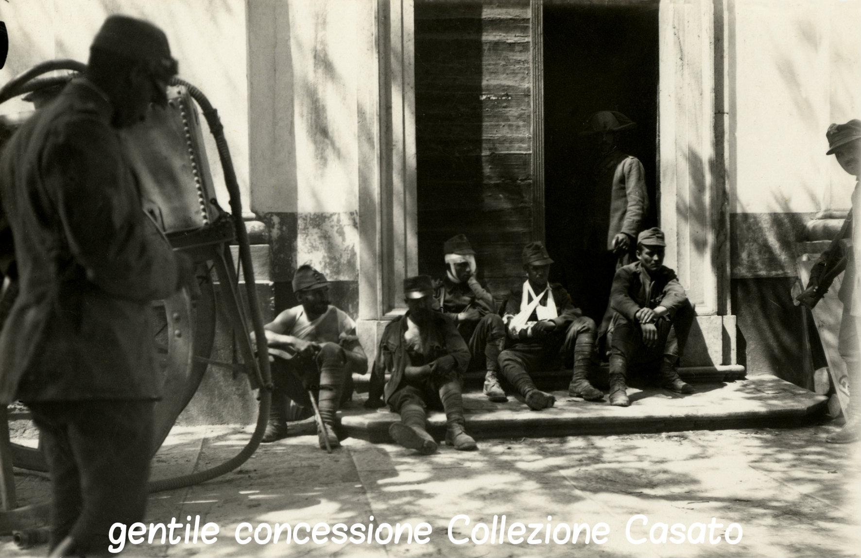 32 - soldati austriaci feriti in attesa di destinazione in un ospedale CRIPTATA CASATO.jpg