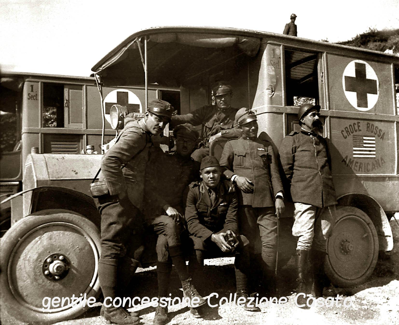 46 - Autombulanza americana con ufficiali italiani a Cima Grappa criptata.jpg
