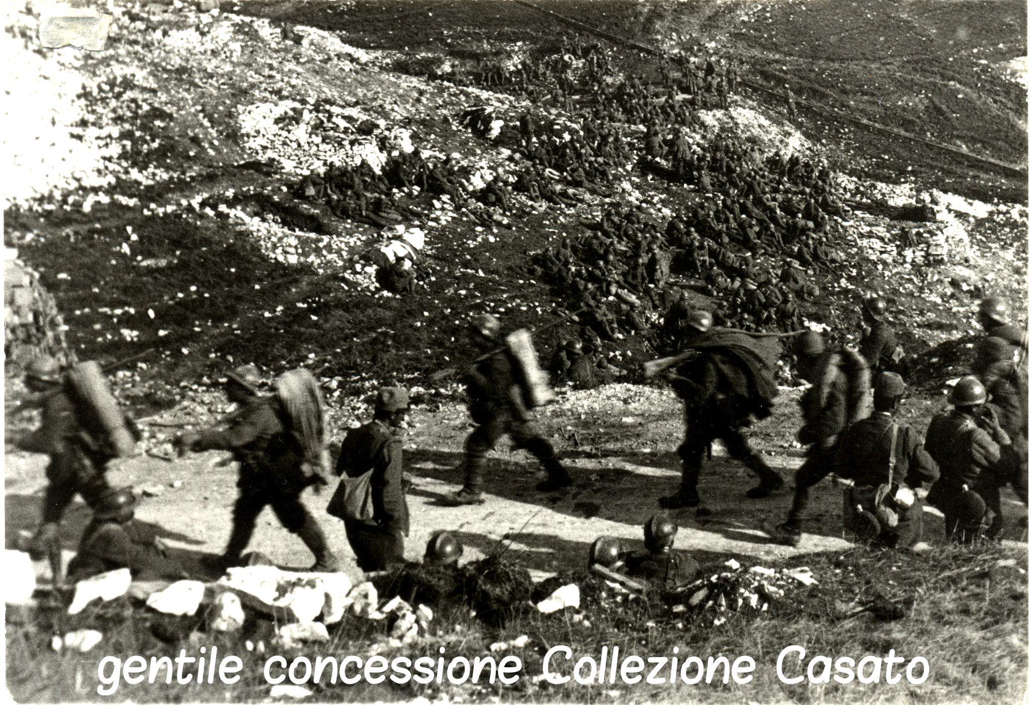 165 - Fanti avviati verso le prime linee del Grappa criptata.jpg