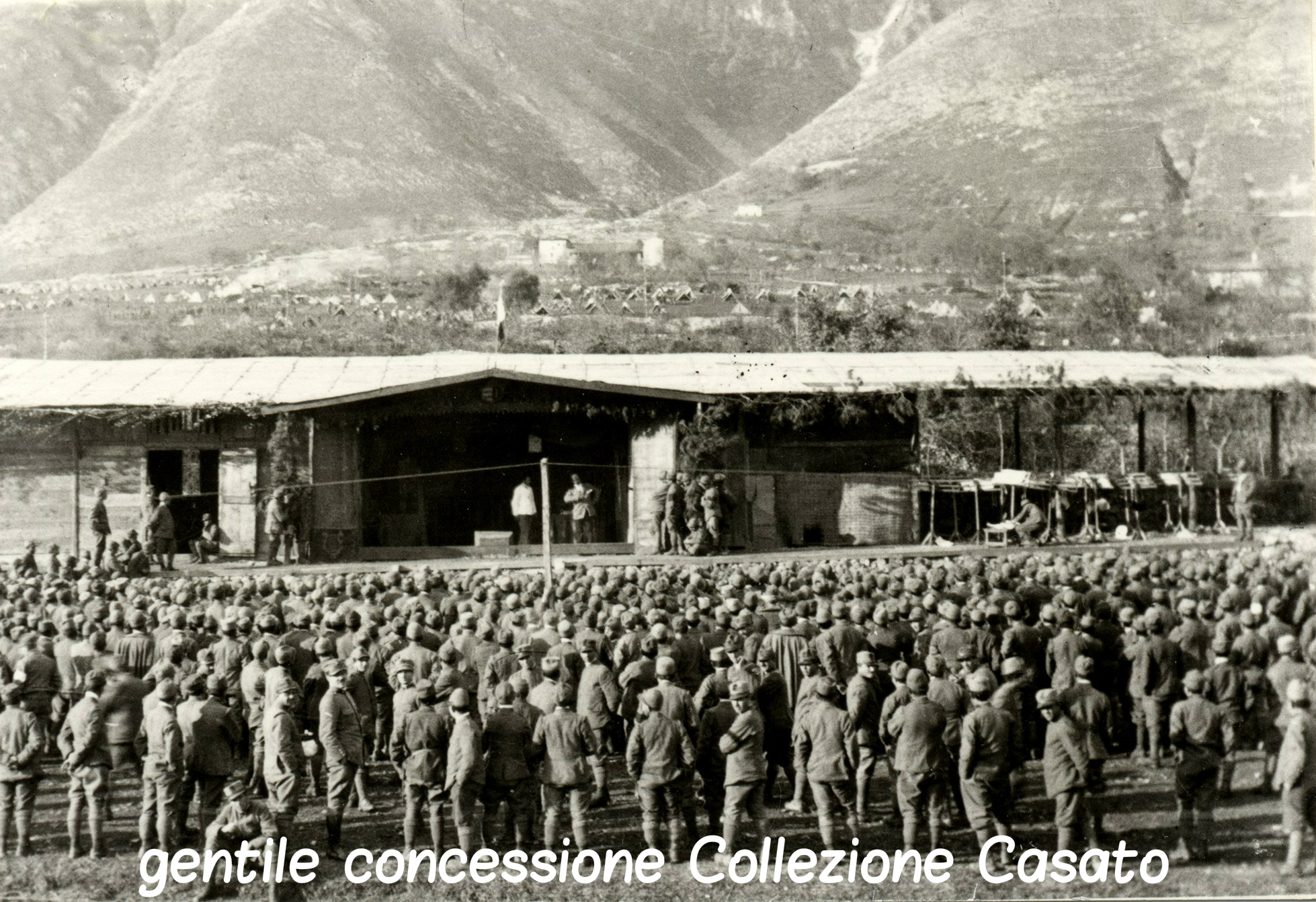 166 - Reparto della Cremona assiste allo spettacolo nel - Teatrino del fante - nelle campagne di Borso criptata.jpg