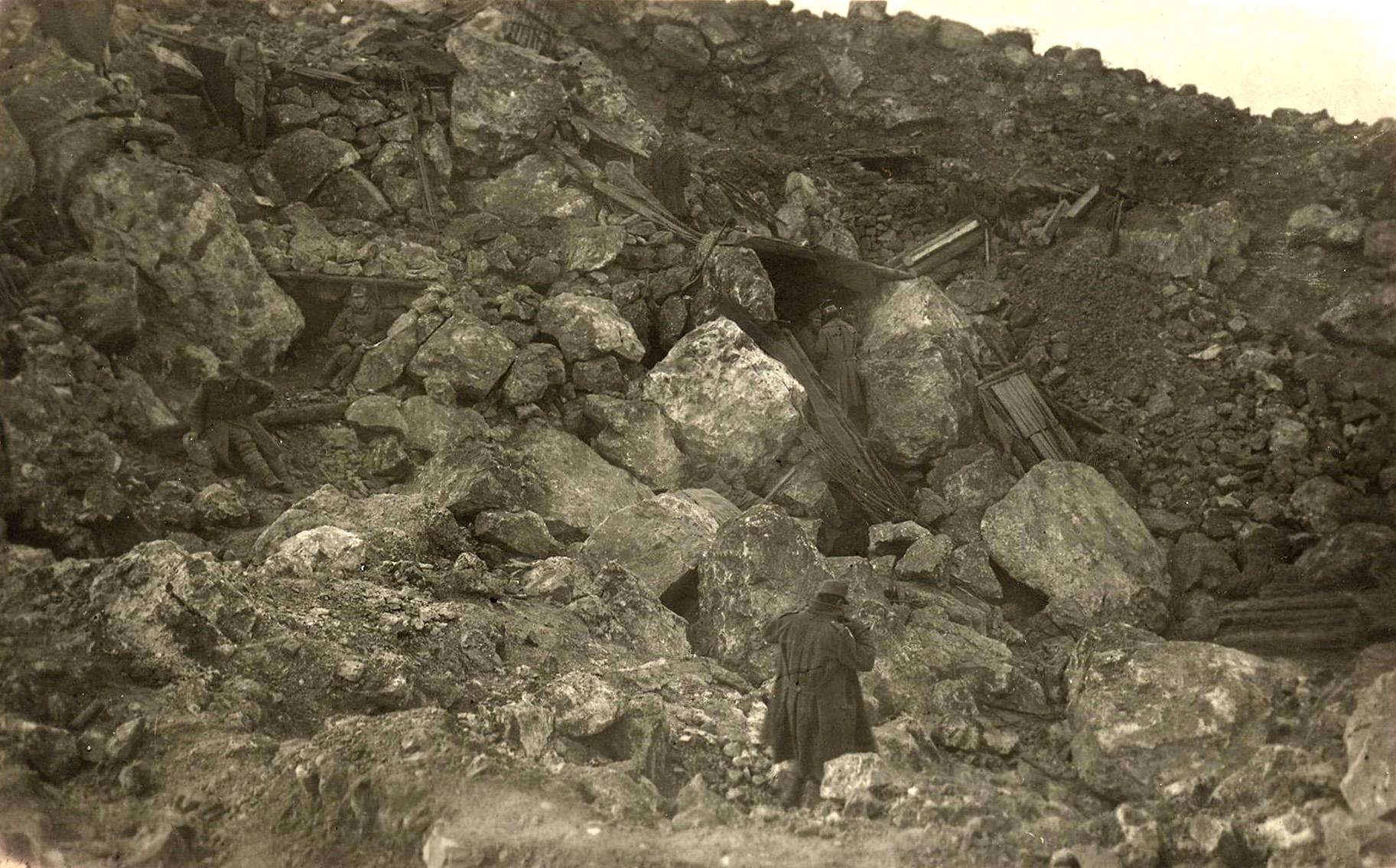 46 - Il cratere di mina, dopo lo scoppio, posizione tenuta dai Rainer.JPG