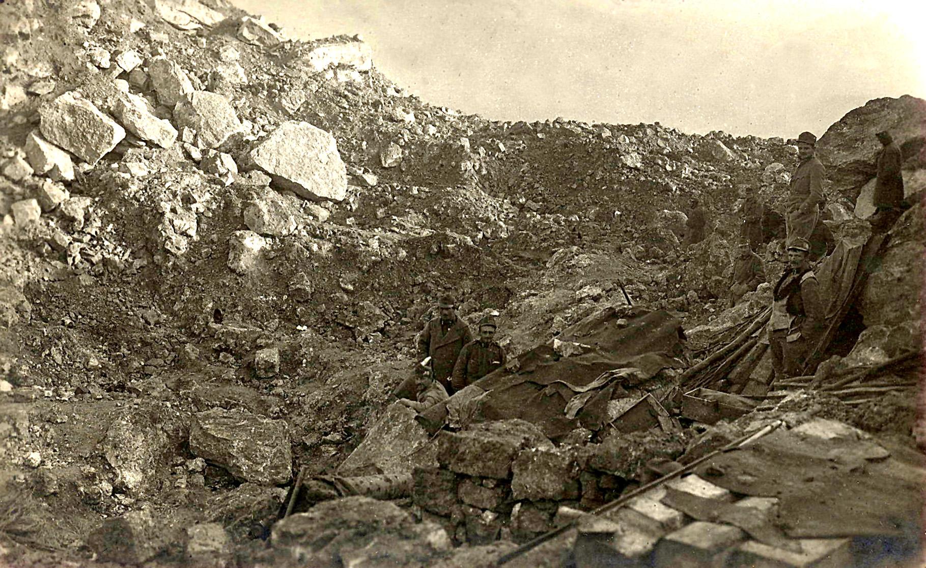47 - Il cratere di mina, dopo lo scoppio, posizione tenuta dai Rainer.JPG