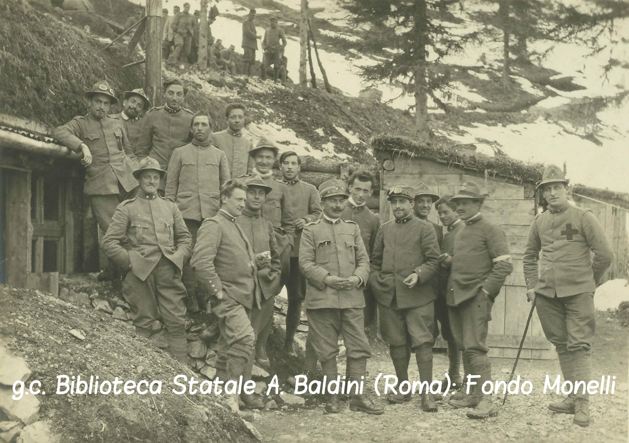 104577 Compagnia di alpini accanto a delle baracche.jpg
