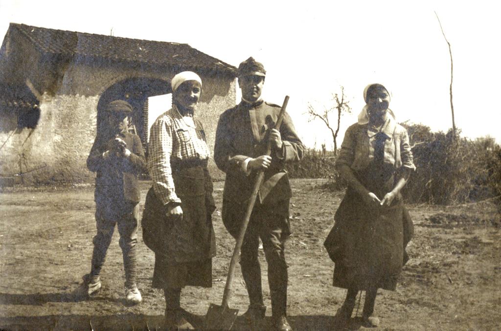 03 - Tenente di fanteria con due giovani ragazze venete.JPG