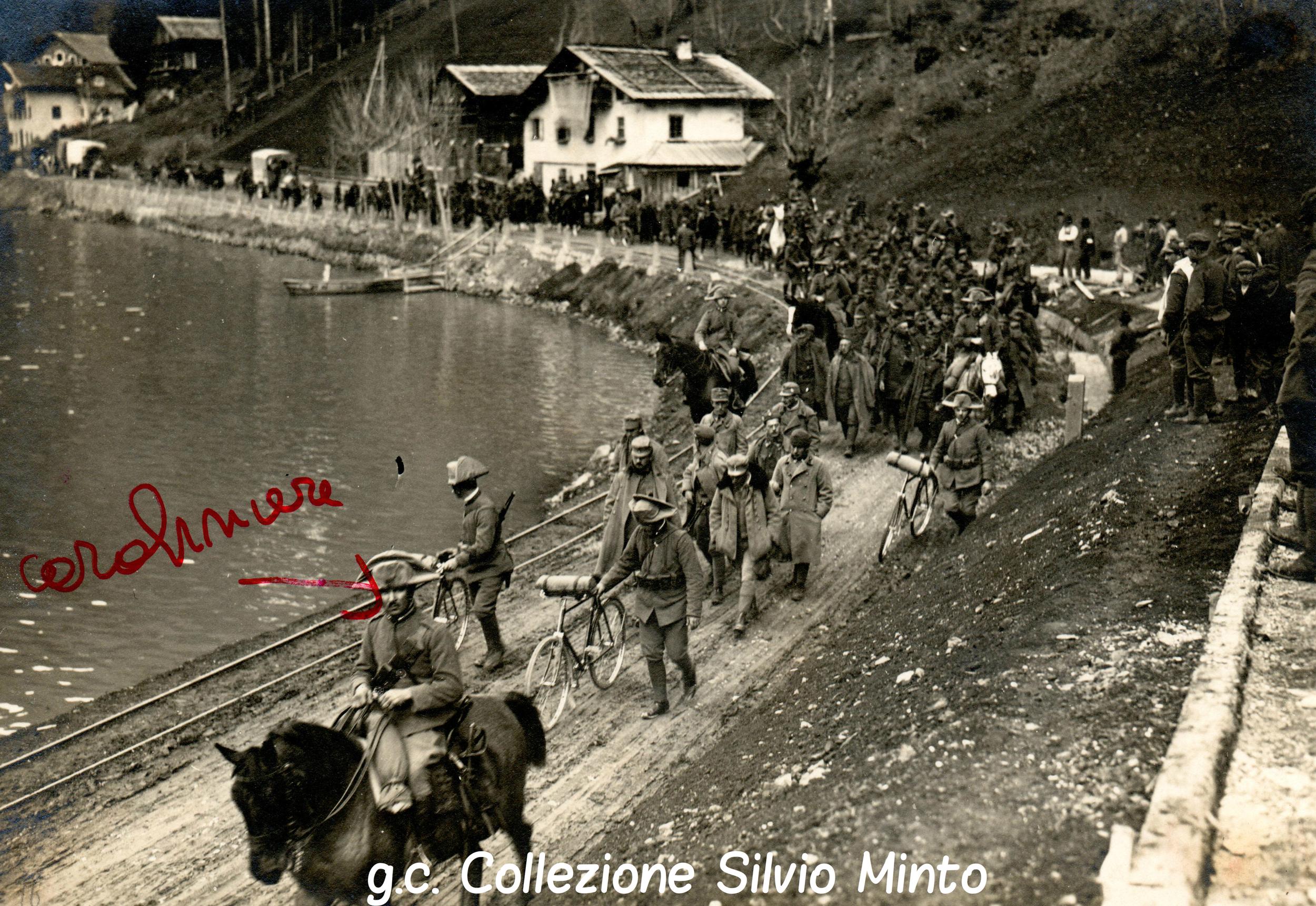 Colonna di prigionieri austriaci, con gli ufficiali in testa, scortata da Carabinieri a cavallo e ciclisti nella zona del Col di Lana