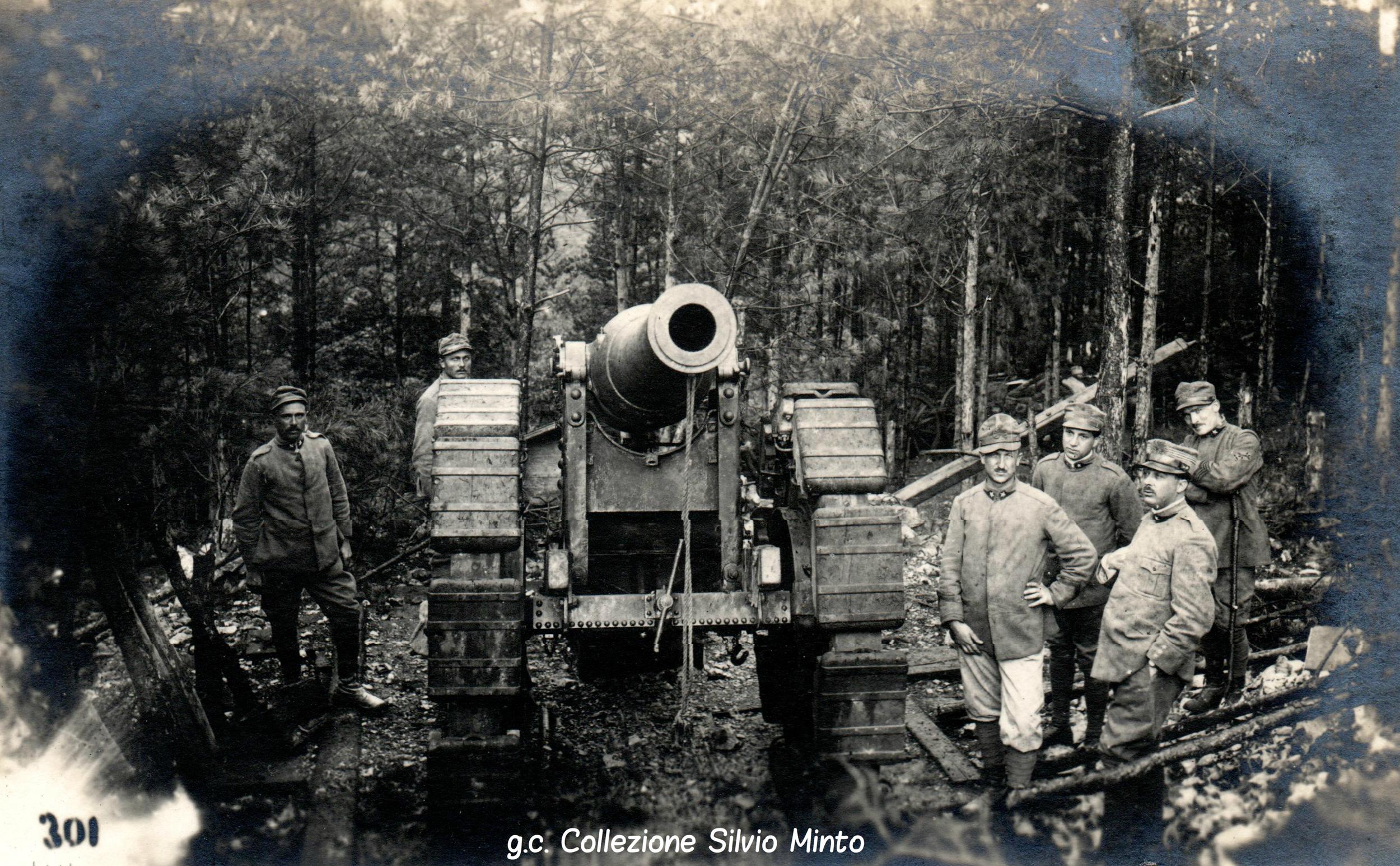 Grosso calibro dell'artiglieria italiana schierato in un bosco