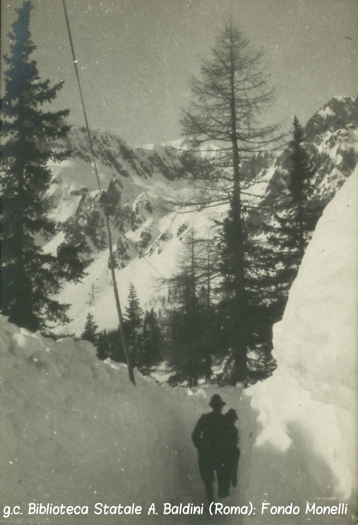 trincea scavata sulla neve.jpg