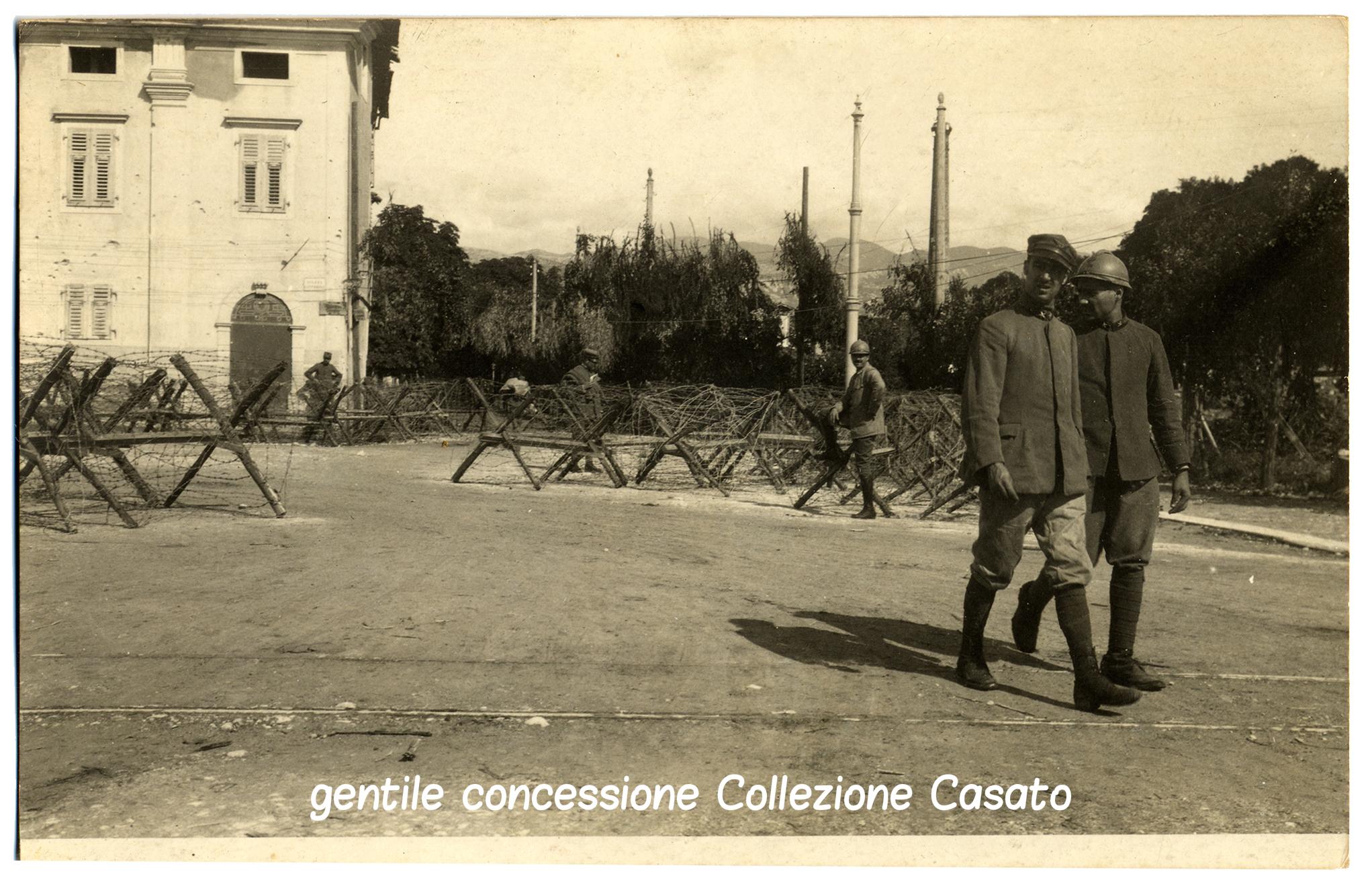 Gorizia piazza Caterini,nella via di Salcano sbarrata da reticolati e cavalli di frisia II linea di difesa 8 sett (c).jpg