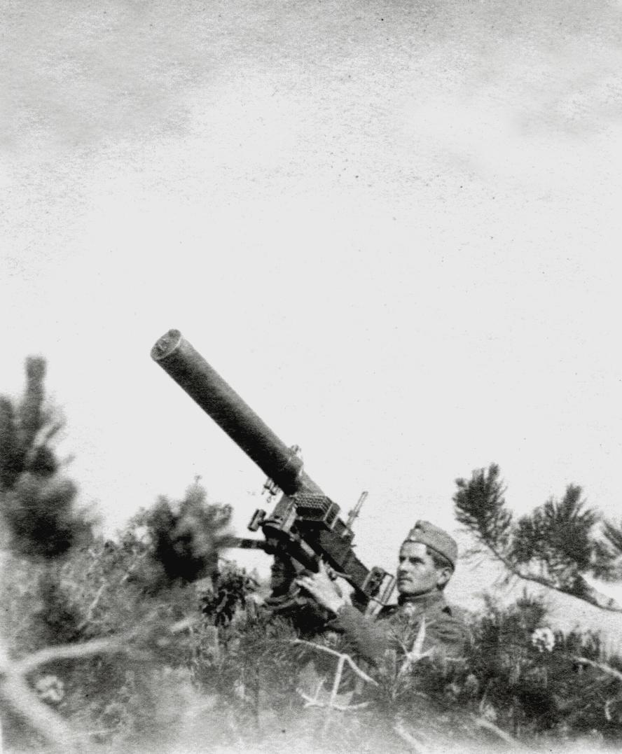 A - Con una mitragliatrice Fiat preda bellica jpeg.jpg