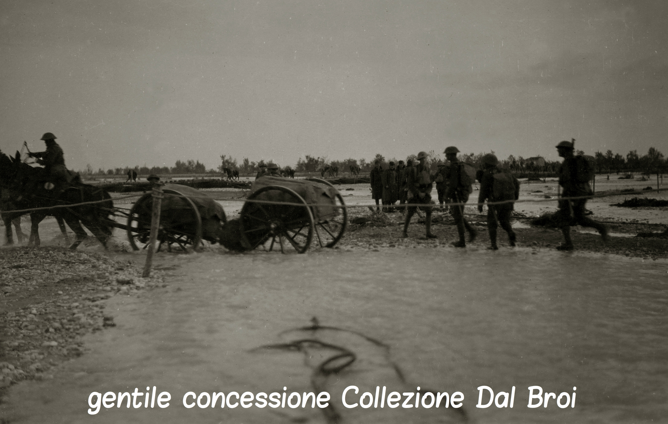 03 - reparti inglesi che attraversano il Piave(ASDM - coll dal Broi).jpg