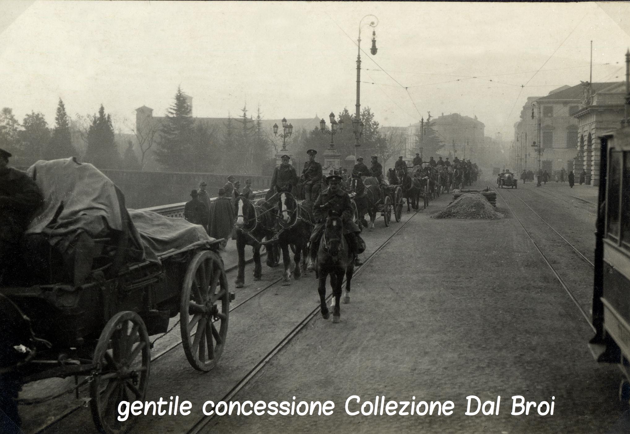 04 - Cariaggi inglesi sfilano per il centfro di Padova (ASDM - coll dal broi) (c).jpg