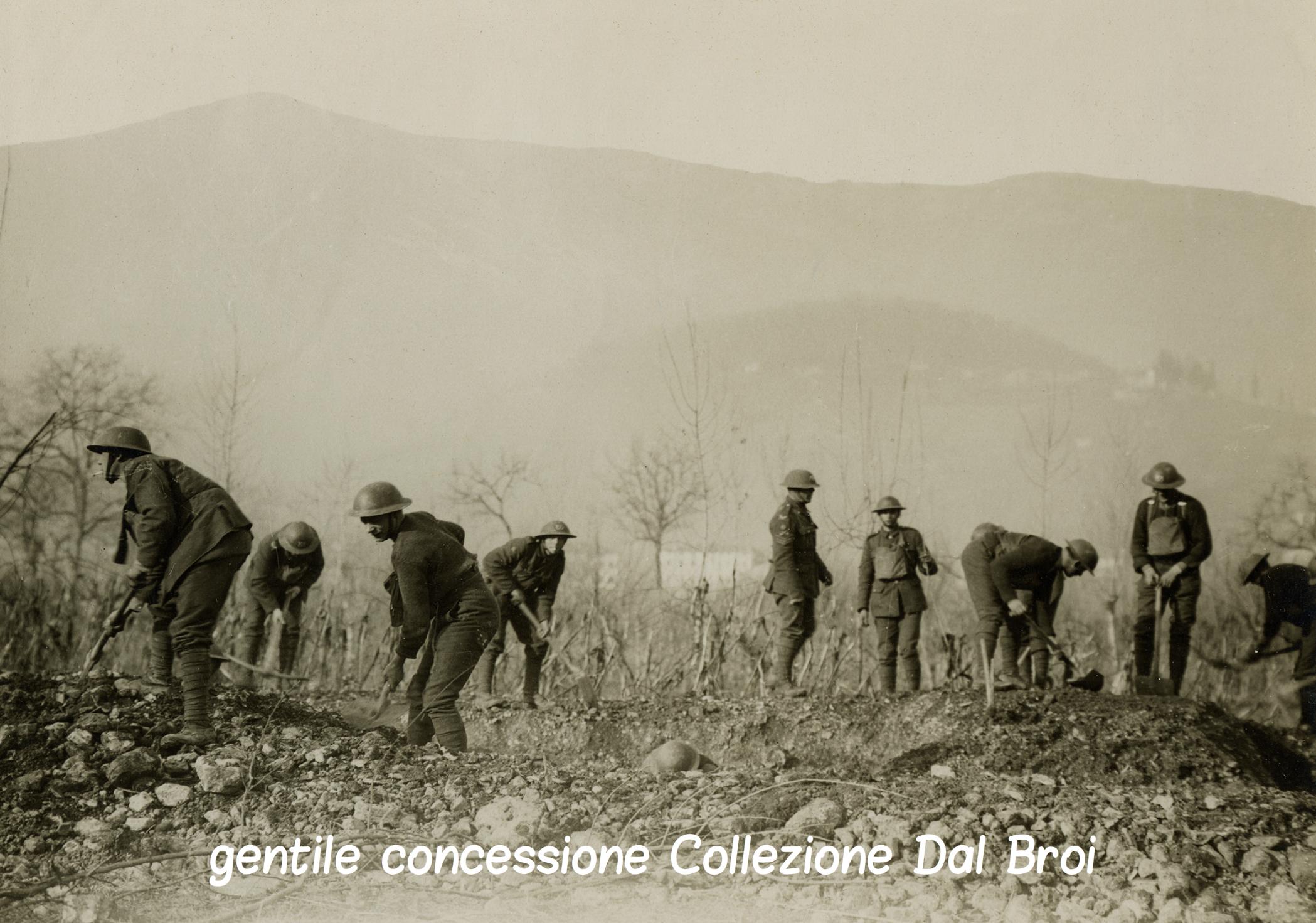 07 - soldatri inglesi che scavano tricee nella pedemontana asolana (ASDM - Coll dal broi) (c).jpg