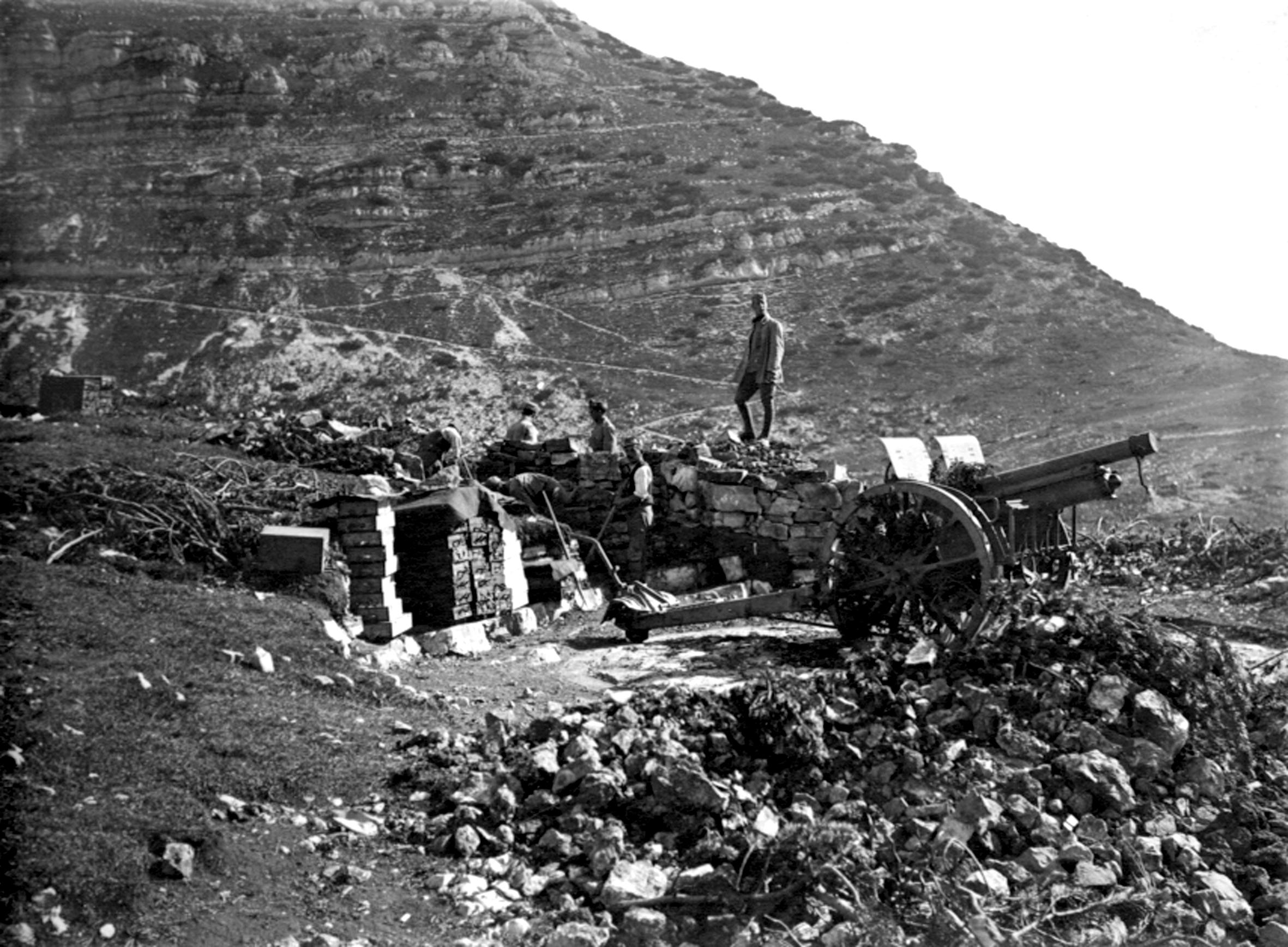 01a - pezzo d'artiglieria austriaco in posizione sotto il Col Santo -  ASDM.JPG