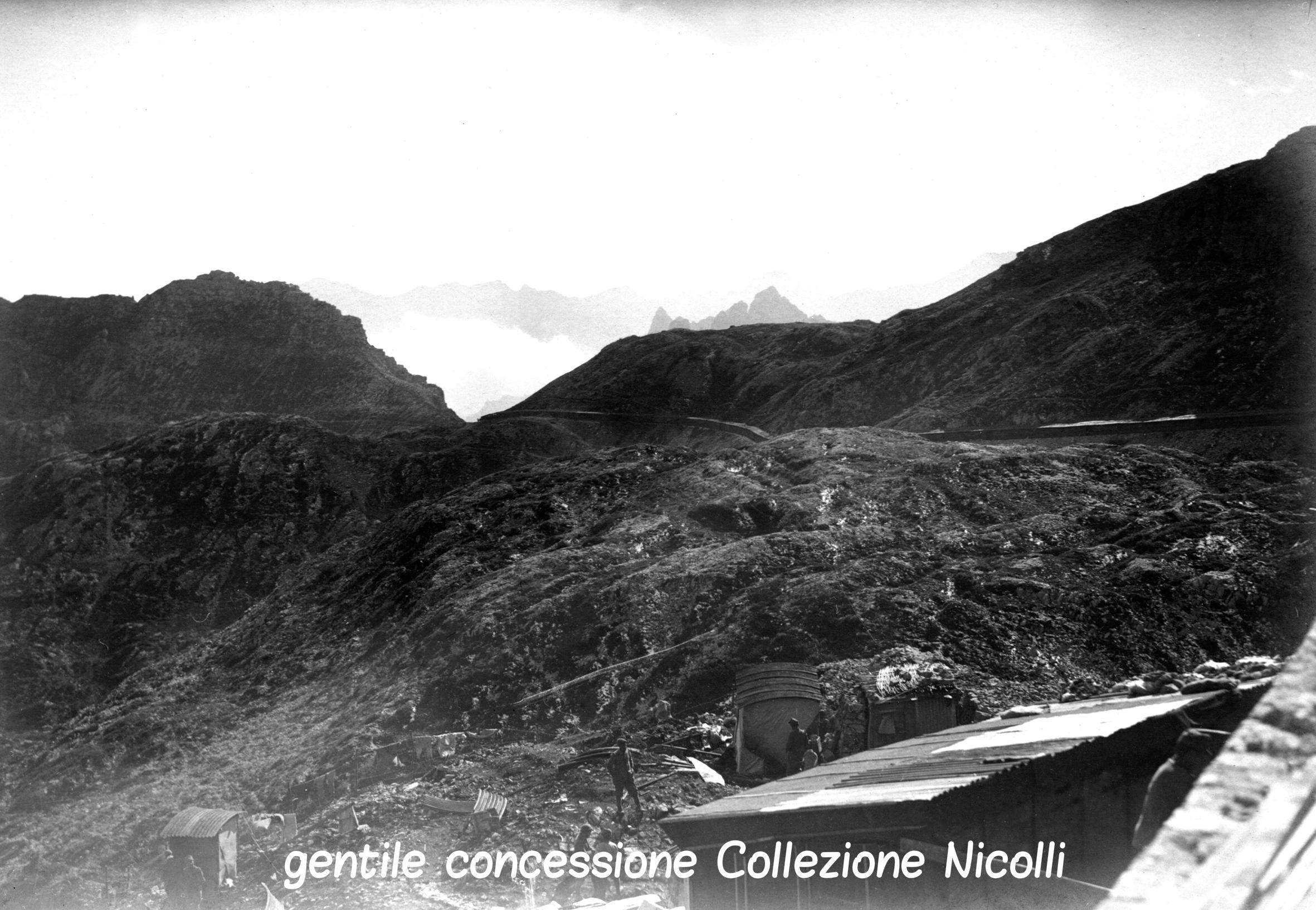 12 - Baraccamenti italiani in Pasubio appena sotto Passo sette Croci in estate (coll nicolli) (c).jpg