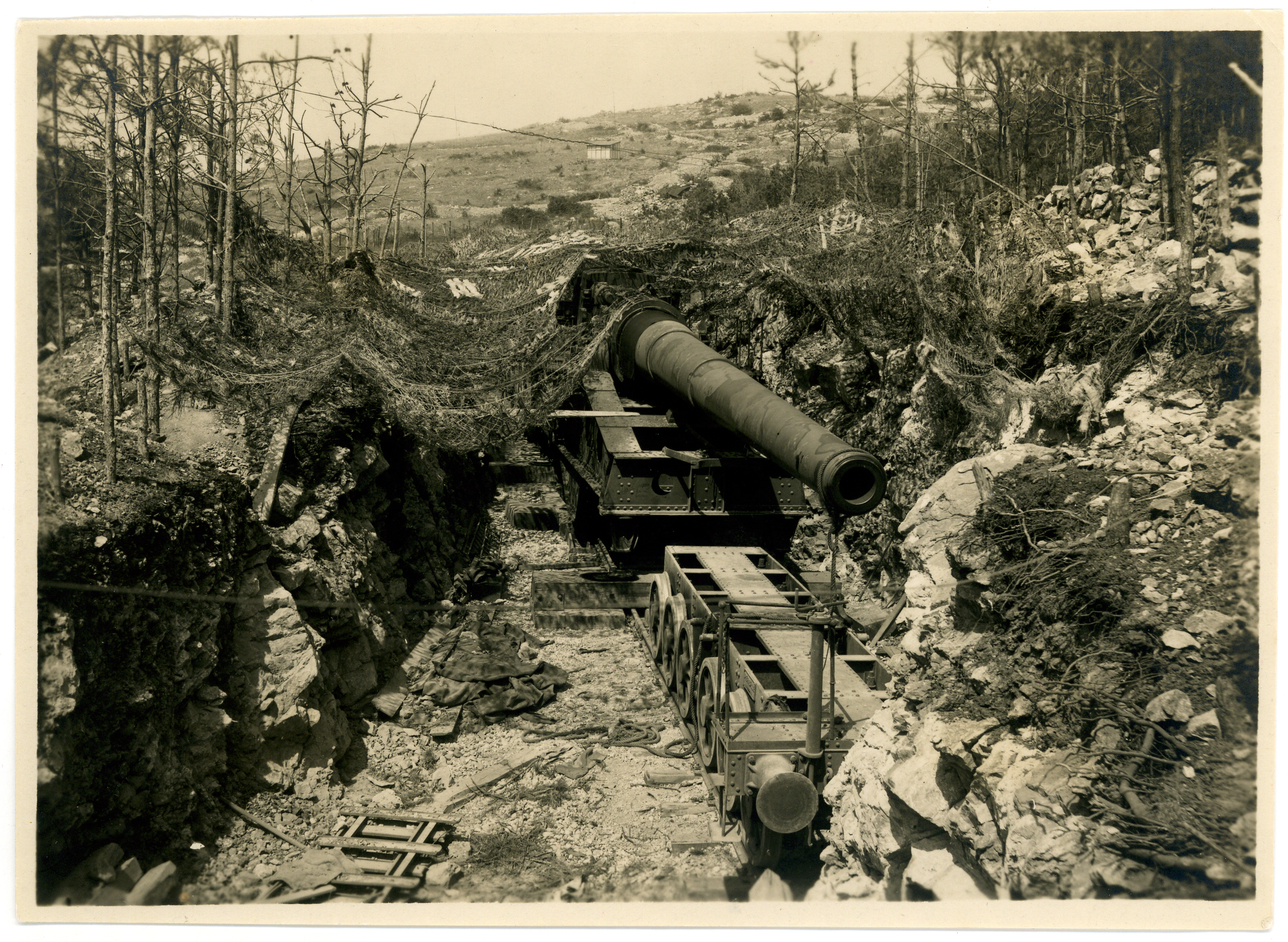 Sopra: mimetizzazione di un grosso calibro su affusto ferroviario nella zona di Monfalcone