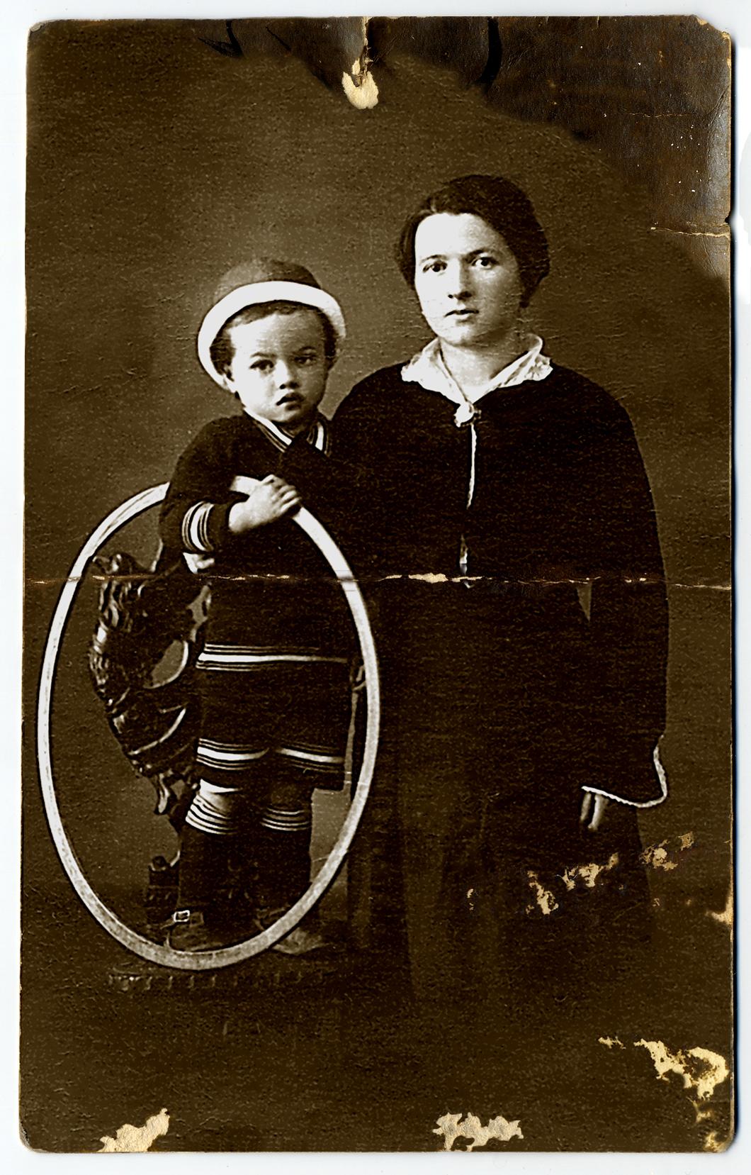 03 - La giovane moglie Giovanna Carletti col figlioletto Antonio.JPG