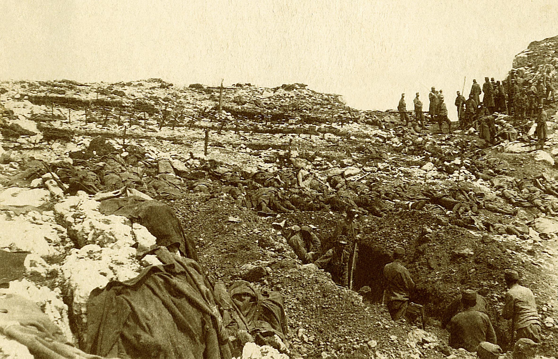 06 - fossa comune nella zona dell'Hilfsplatz di Q. 2101 dopo la battaglia - ASDM.JPG