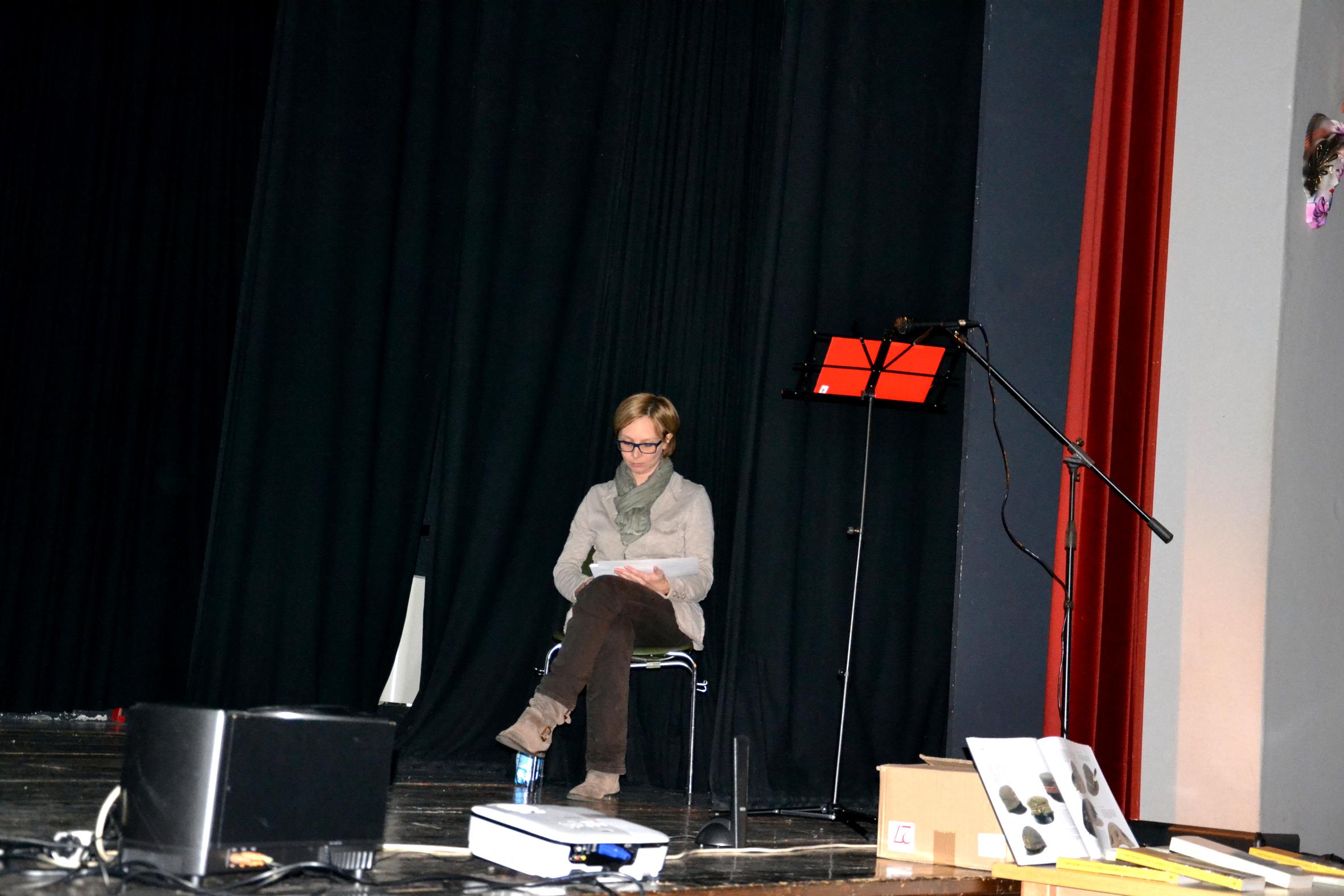 05 -  Elena prima dell'inizio della serata  concentrata pur tra video, stereo, microfoni e libri.JPG
