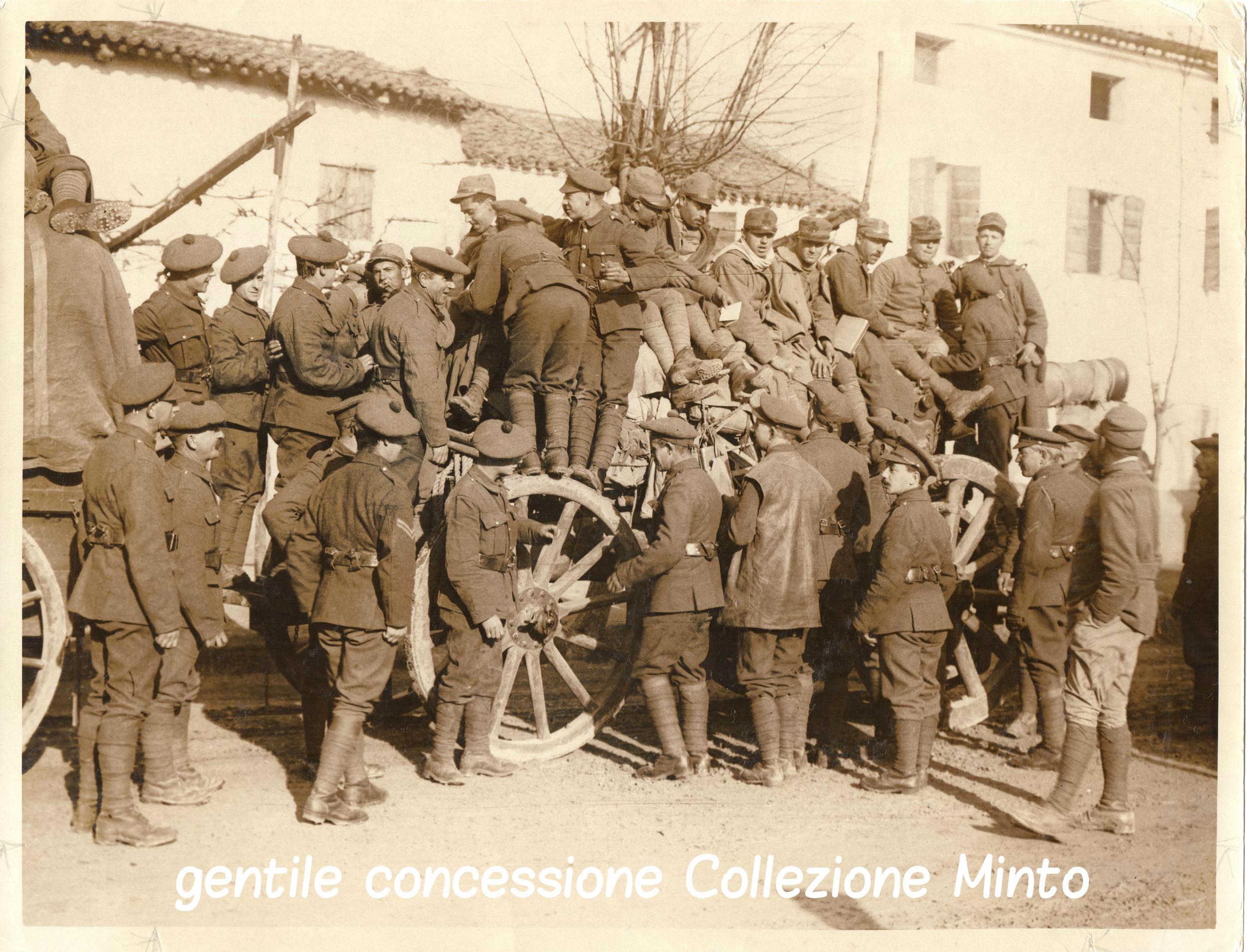 Soldati italiani e britannici posano per una foto ricordo sull'affusto di un pezzo di artiglieria di grosso calibro